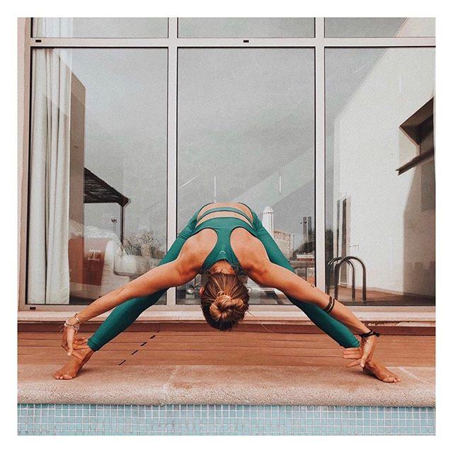 Day dreaming of a poolside life . . .  Have a fab #humpday y'all 🐪 . . . . #wideleggedforwardfold #widelegforwardfold #prasaritapadottanasana #prasarita #poolsideyoga #holidayyoga #layeritmixitmatchit #summerholiday #yogaset #activewear #sustainablefashion #ecofashion #yogagirl #yogi #londonyoga #layoga #nycyoga #barreburn #yogini #sportsbra #londonyogi