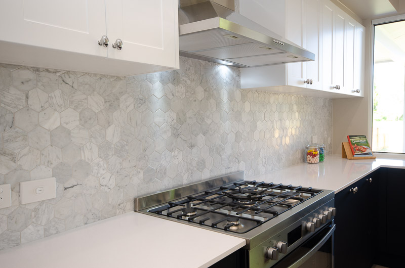 EllisDevelopments_Kitchen2_Hamptons_Townsville_BuildersBlogHeader_GorgeousDesign.jpg