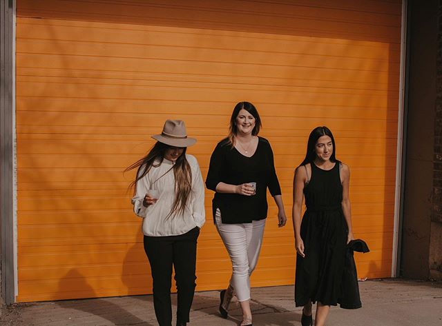 Walking into the weekend like ✌🏼Super excited for this weekend because I am off to Banff tomorrow for the @thewildonesworkshop yaaaay!! Be ready for some behind the scenes pics! 🙌🏼 ALSO... aren't these three ladies freaking models?! 😍