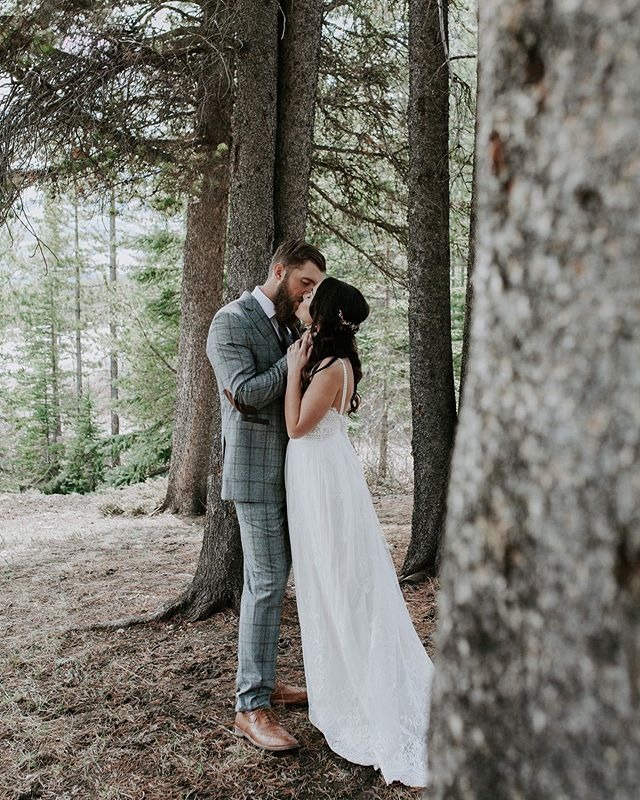 This day and this forest both were magical ✨ . . . Co-host and Styling: @momentsbymadeleineyyc Co-host and Lead Photographer: @kadiehummelphotography  Floral Design: @flowersbyjanie Videographers: @summitweddings Bridal Boutique: @blushandravenyyc Bridal Designer: @florabridal Jewelry: @joannabisleydesigns Menswear: @suprememenswear Stationary: @bexleydesignco Rentals: @modernluxerental Arch: @j.m_wilkinson_design_co Desserts: @prettysweetyyc Hair:@mslay_studio / @ido_updos_bymeg Extensions: @mslay.luxury.clipins Makeup: @beautymarkmakeovers Venue: @storm_mountain_lodge Models: @catherine.wigg