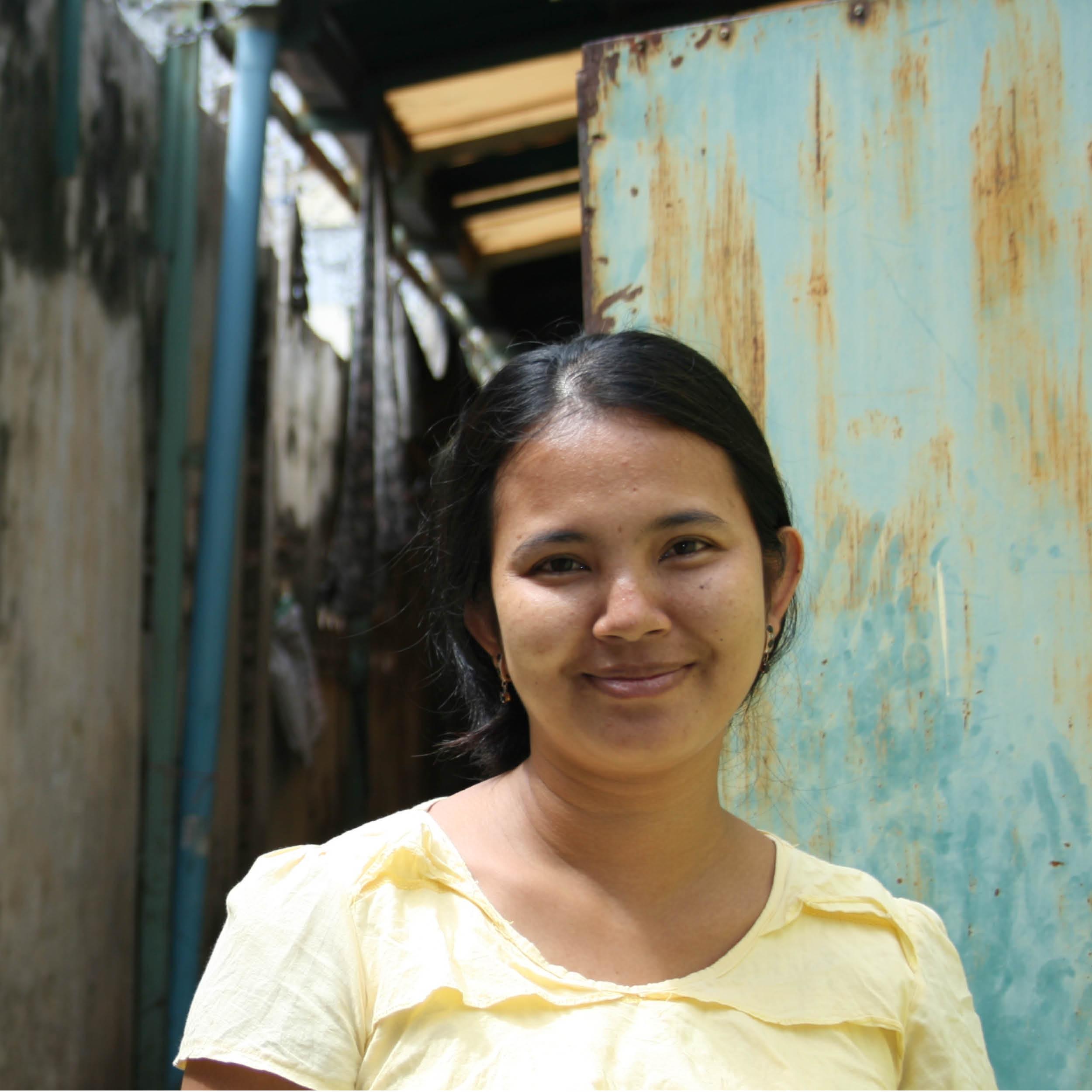 NÄHERIN    HERKUNFT: Prey Veng, Kambodscha  Alter: 45  ♥ FARBE: pink   Ich bin Mom Sreyneth. Mein Name hat keine spezielle Bedeutung. Ich bin in der Provinz Prey Veng aufgewachsen zusammen mit meinen zwei Schwestern und fünf Brüdern. Ich habe einen jungen Sohn. Ich bin eine Näherin und ich mag es sehr gern! Ich nähe sogar, wenn ich nicht in der Arbeit bin – dann mache ich moistens Kindersachen für meinen Sohn. Mein größter Wunsch ist, dass meine Familie immer glücklich und gesund ist.  Arbeit und Gesundheit sind sehr wichtige Faktoren in meinem Leben. Mit meinem verdienten Geld kann ich meine Familie ernähren und wenn nötig auch Medizin kaufen.  Mein größer Wunsch ist, dass alle Nationen dieser Welt Menschen mit körperlicher Behinderung akzeptieren und gleich behandeln.