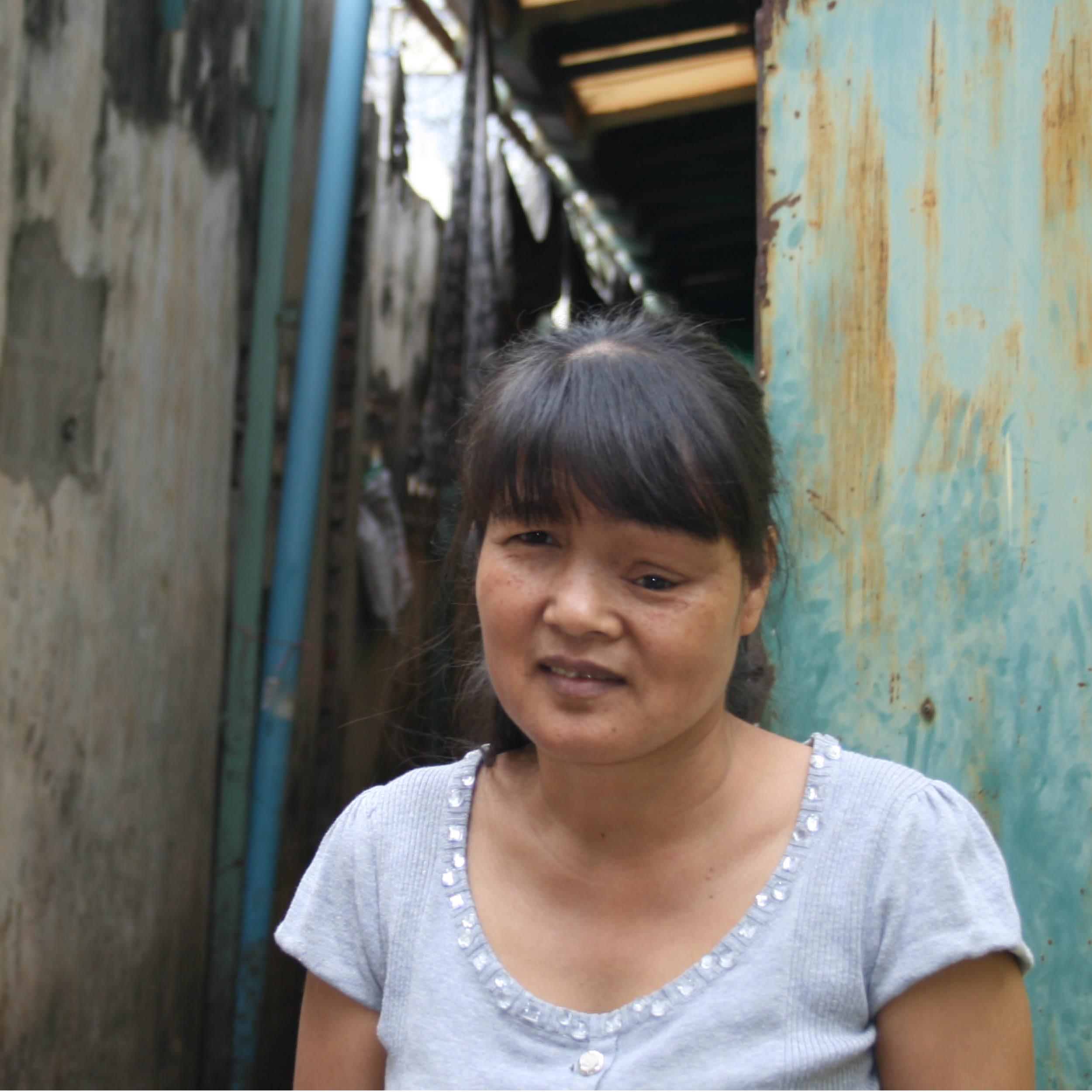 """DIREKTRICE    HERKUNFT: Kandal, Kambodscha ALTER: 48 ♥ FARBE: weiß   Mein Name ist Put Sophea und ich komme aus der kambodschanischen Provinz Kandal. """"Sophea"""" bedeutet """"Hase"""" und Hasen sagt man bei uns nach, dass sie sehr schlau sind – ich mag meinen Namen J. Ich habe zwei Schwestern und zwei Brüder. Ich bin nicht verheiratet, aber ich wünsche mir, dass ich eines Tages eine schöne Famile habe.  Ich mag meine Arbeit. Ich bin bei uns im Workshop die Schnittzeichnerin und Direktrice, das heißt, dass ich die höchste Fachkraft im Handwerksbereich bin. Ich zeige den Kolleginnen und Kollegen wie sie die Produkte genau nähen sollen und kontrolliere auch die Qualität. Ich fertige immer das erste Sample für Sissi an und nach diesem Vorbild setzen wir es dann um. Manchmal designe ich auch ganz neue Sachen nach meinen eigenen Vorstellungen.  Mir ist mein Job sehr wichtig, weil ich mich und meine Familie mit meinem Verdienst erhalten kann und er ermöglicht uns sogar einen guten Lebensstandard.  Was ich liebe: Ausflüge mit meinen Kolleginnen und Kollegen als Gruppe  Was ich nicht mag: Wenn jemand Unwahrheiten erzählt"""
