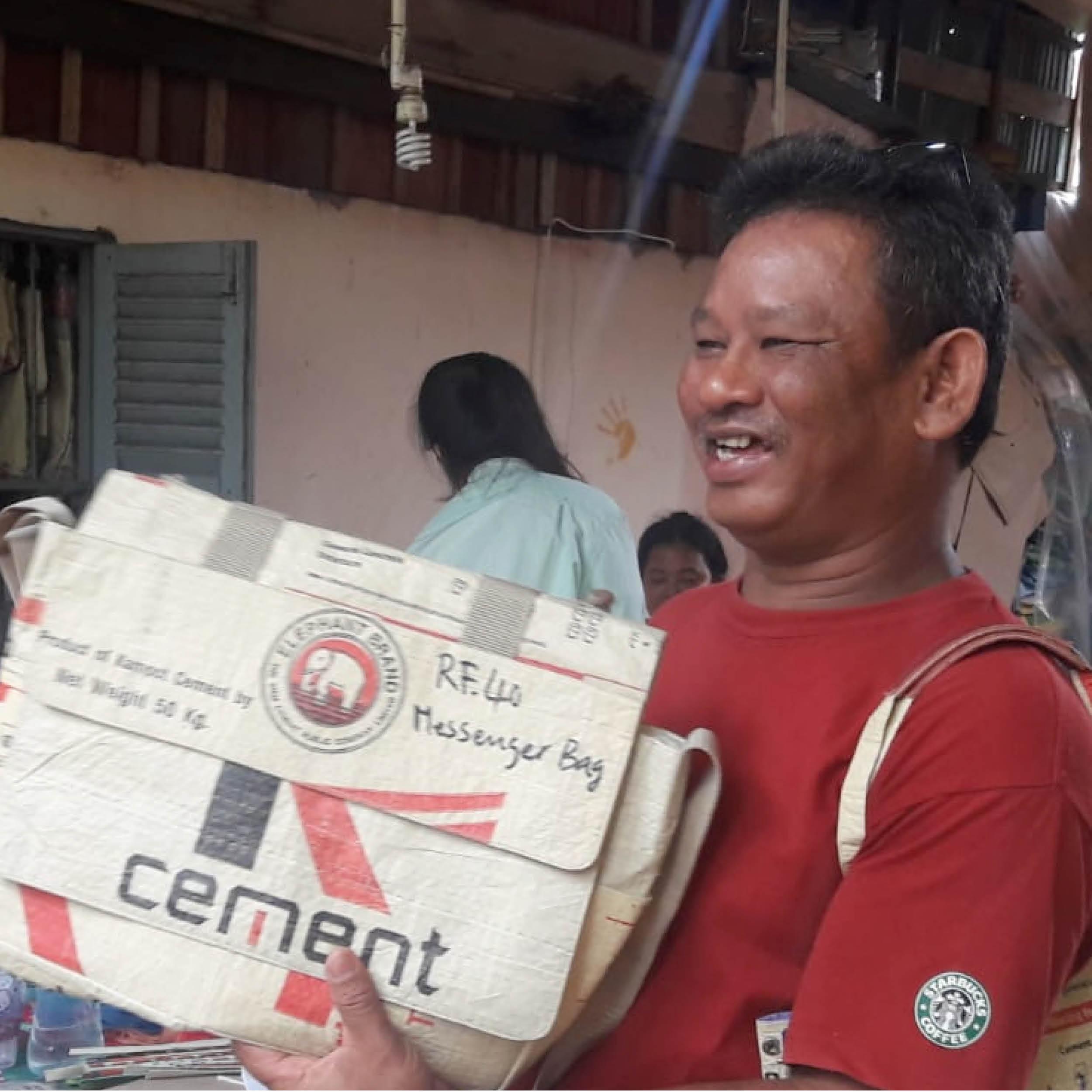 WERKSTÄTTEN-MANAGER    HERKUNFT: Phnom Penh, Kambodscha AGE: 45 ♥ COLOUR: rot   Als ich Sophan vor 5 Jahren kennen lernte, wusste ich sofort, dass man ihm vertrauen kann. Er ist ein Mann mit Verstand und einem großen Herzen. Er managed die gesamte soziale Werkstätte und ist seit ihrer Gründung vor nunmehr 23 Jahren mit dabei. Dank ihm konnte die kleine Non-Proft-Näherei, weiterbestehen, nachdem sich der Gründer vor wenigen Jahren zurückzog. Er selbst ist so wie immer noch ca. 4 % aller Kambodschaner ein Versehrter aufgrund von Landminen aus dem Khmer Rough Krieg. Er lebt dafür, dass Menschen mit ähnlichem Schicksal bei ihm eine gute Ausbildung erhalten und einen Job ausüben können, der sie und ihre zumeist sehr große Familie ernähren kann, aber auch dafür, dass sich diese Menschen in die normale Gesellschaft einfügen können.  Ich schätze ihn sehr, nicht nur weil er ein wunderbarer Mensch ist, sondern auch weil er ein echter Problemlöser ist und ein Partner, auf den ich mich seit Jahren verlassen kann!
