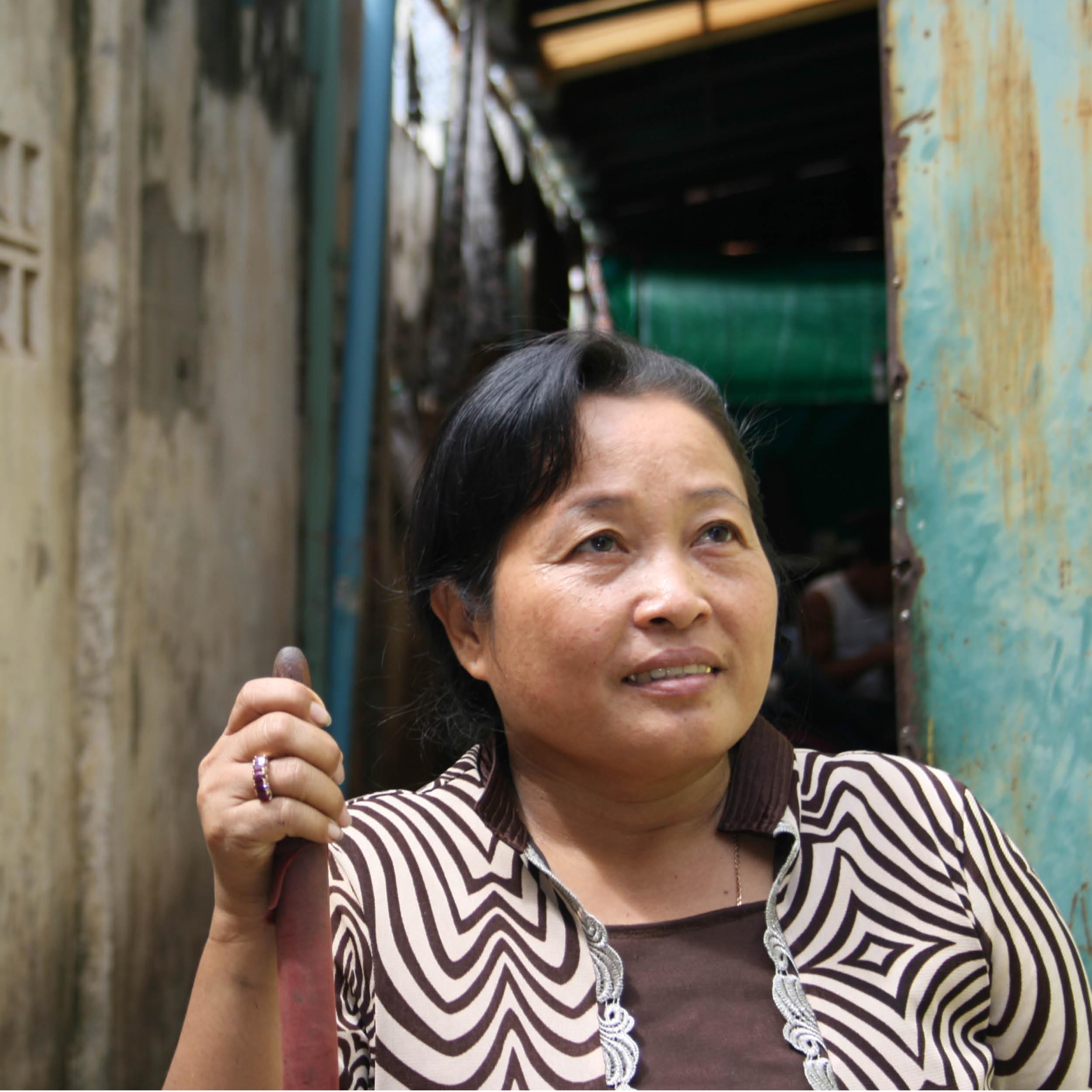 NÄHERIN & STICKERIN    HERKUNFT: Phnom Penh, Kambodscha  ALTER: 53  ♥ FARBE: gelb   Mein Name ist Touch Chunny und ich denke ich bin eine sehr glückliche Person. Ich bin in der nähe von Phnom Penh aufgewachsen zusammen mit meinen beiden Brüdern. Ich arbeite nun schon seit 17 Jahren und ich mag es sehr. Außerdem ermöglicht er mir einen guten Lebensstandard und ich kann meine Familie und mich damit ernähren. Ich habe eine Tochter, die zur Schule geht. I mag meine Kolleginnen und Kollegen sehr, es sind alle sehr herzliche Menschen.  Ich liebe es zu schneidern. Mein liebstes REFISHED Produkt ist die Clutch Cotton, weil sie so schöne und unterschiedliche Innenfutter hat.