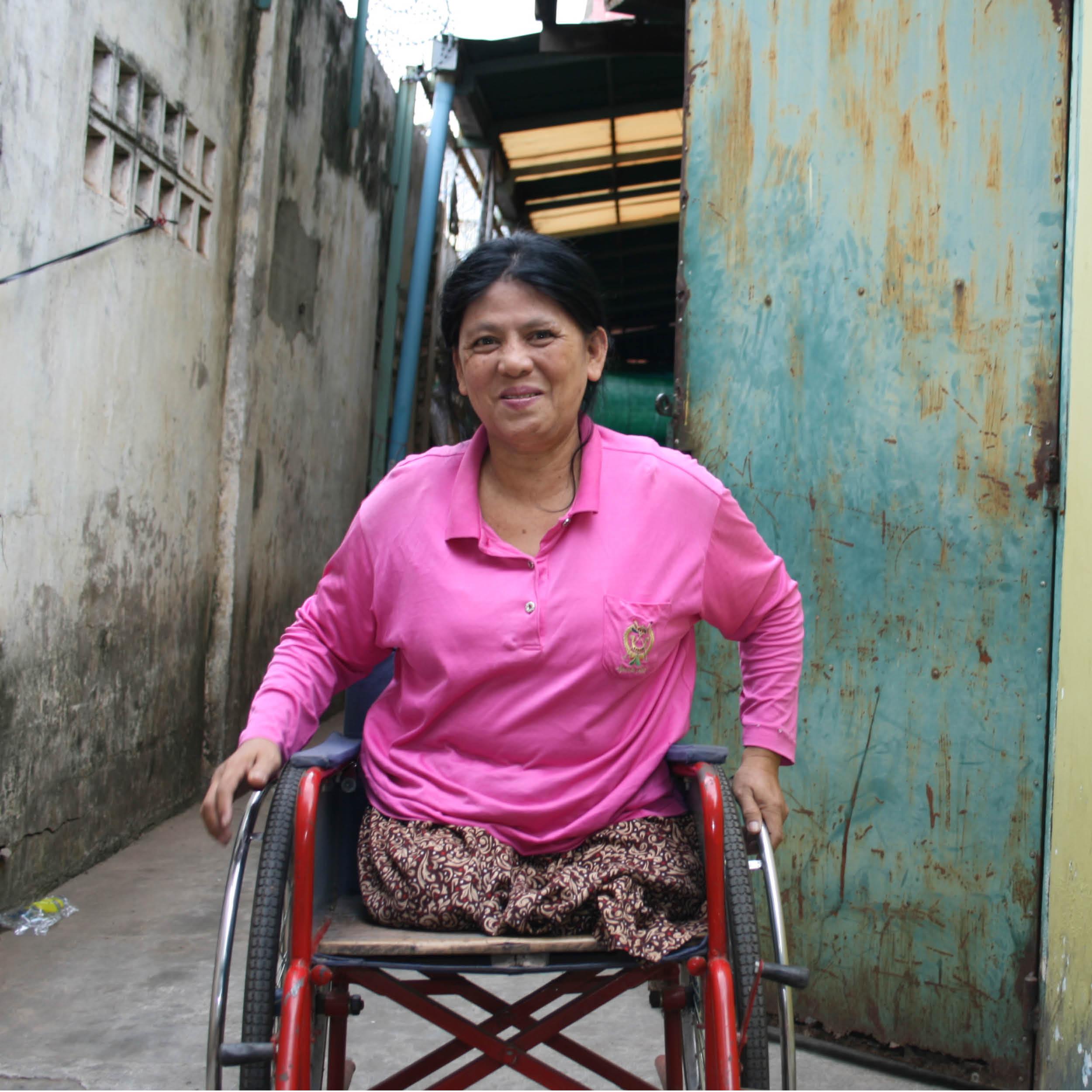 """HEIMARBEITERIN    HERKUNFT: Phnom Penh, Kambodscha ALTER: 53 ♥ FARBE: gelb   Ol erzählte Sissi ihre Geschichte, bei einem ihrer Besuche in der sozialen Werkstätte:   """"Ich heiße Ol Heang und ich freue mich so dich kennen zu lernen. Meine Kolleginnen und Kollegen haben mir schon viel von dir erzählt.  So lautet meine Geschichte: Ich bin sehr dankbar für mein Leben, denn ich habe meine Schwestern im Khmer Rouge Krieg verloren. Nach dem Krieg war Kambodscha voller Landminen, auch heute gibt es noch einige davon da draußen. Vor 25 Jahren hatte ich einen tragischen Unfall. Ich war mit meinem Ehemann am Land, wir wollten uns einen netten Ort zum Leben suchen. Ich bin gerade durch den Wald gegangen, als ich plötzlich auf etwas trat, das sofort explodierte. Ich verlor beide Beine. Schau mal, ich möchte dir unser Hochzeitsbild zeigen – sehe ich da nicnt schön aus? Nach dem Unfall wendete sich mein Leben um 180 Grad. Ich begann zu Hause zu sticken und zu nähen und ab und zu besuche ich unseren Workshop in Phnom Penh. Ich bin sehr glücklich, wenn Leute meine Arbeit schätzen und meine kleinen Werke kaufen. Ich wünsche dir viel Glück!"""""""