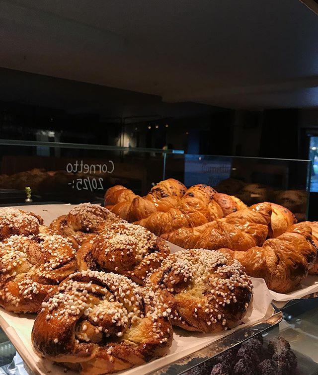 Nybakade kanelbullar och croissanter!🥐 #kaffebarbombon