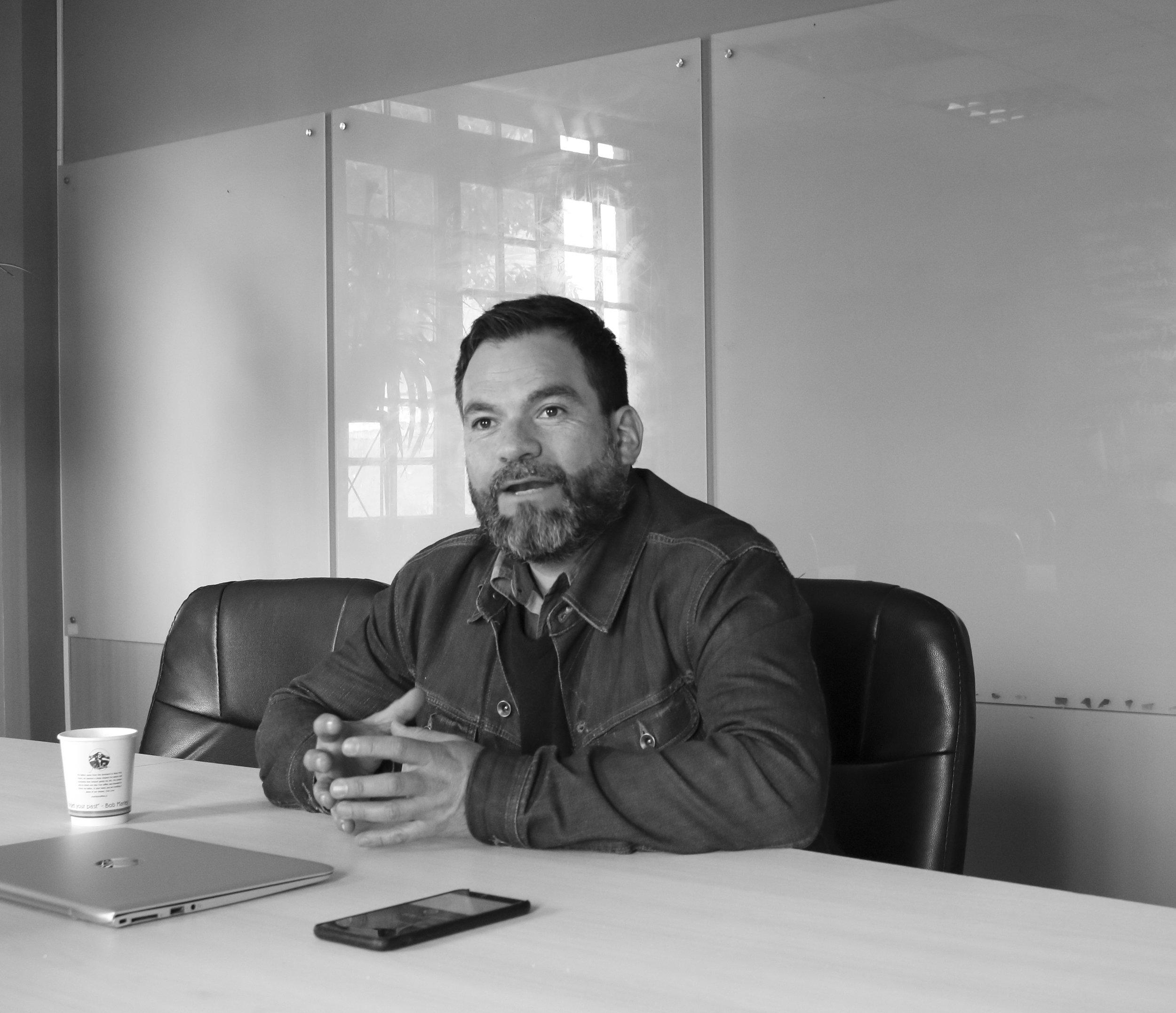 Nos reunimos y conversamos con el Dr. César Cáceres Seguel, contraparte en un de los proyectos más recientes en los que nos hemos involucrado como empresa y probablemente también uno de los que nos sentimos más orgullosos y con ansias de verlo crecer.