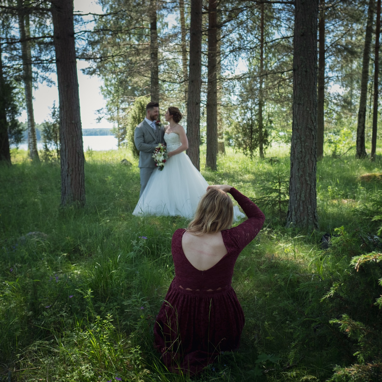 Vigsel + porträtt - Utefter er planering för dagen fotar jag era bröllopsporträtt innan eller efter vigseln, och förevigar er ceremoni.Pris: 9 990 kr