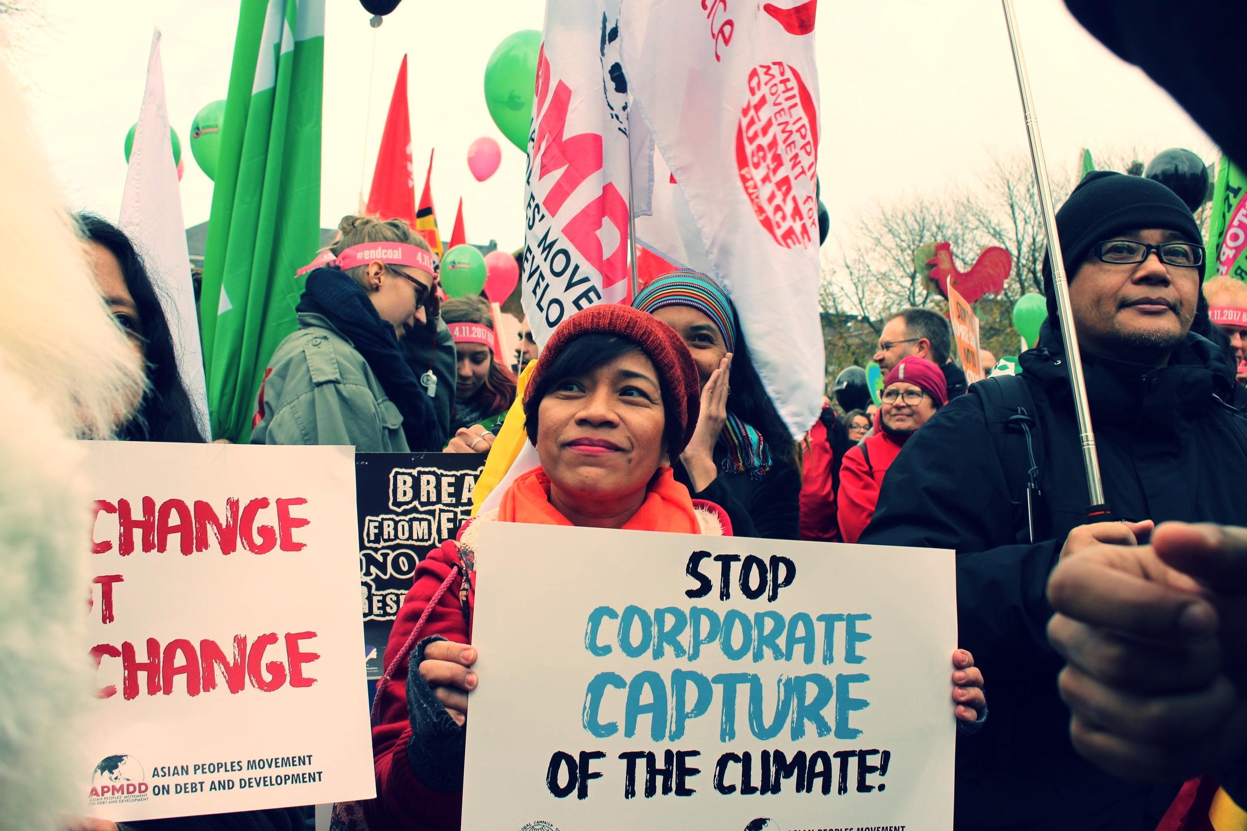 Pongan fin a la interferencia y el control de las corporaciones en las conversaciones climáticas - 1. Que avancen una política de conflicto de interés que proteja la implementación del Acuerdo de París y la política climática global de la obstaculización de los Grandes Contaminadores, y obligue a los gobiernos a tomar medidas a nivel nacional.2. Que prohíban que las industrias que se benefician de los combustibles fósiles y de la crisis climática tengan influencia en los foros de política climática nacionales e internacionales.3. Que rechacen cualquier intento de las corporaciones y de sus representantes de insertarse en las negociaciones.4. Que avancen un llamado para responsabilizar a las corporaciones por los impactos de décadas de desinformación e interferencia en la política climática.
