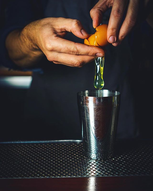 Weekend prep in full force. Are you pro egg-white cocktails, too? 🥚🥚 •••••••••••••••••••••••••••••• #cocktail #tgit #friday #sour #mixology #cocktails #shondaland #tgif #bartender #liquor #friyay #drinks #drinkup #fridaynight #mixologist #bar #drinkporn #drink #gin #vodka #craftcocktail #cocktailbar #thirsty #bbw #slurp #alcohol #doubletap #thirst #craftcocktails #instalikes