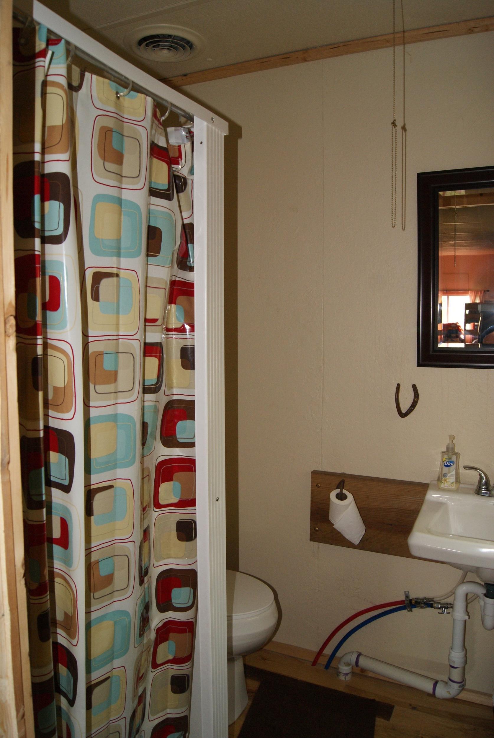 The Bunkhouse: Kansa bathroom with shower