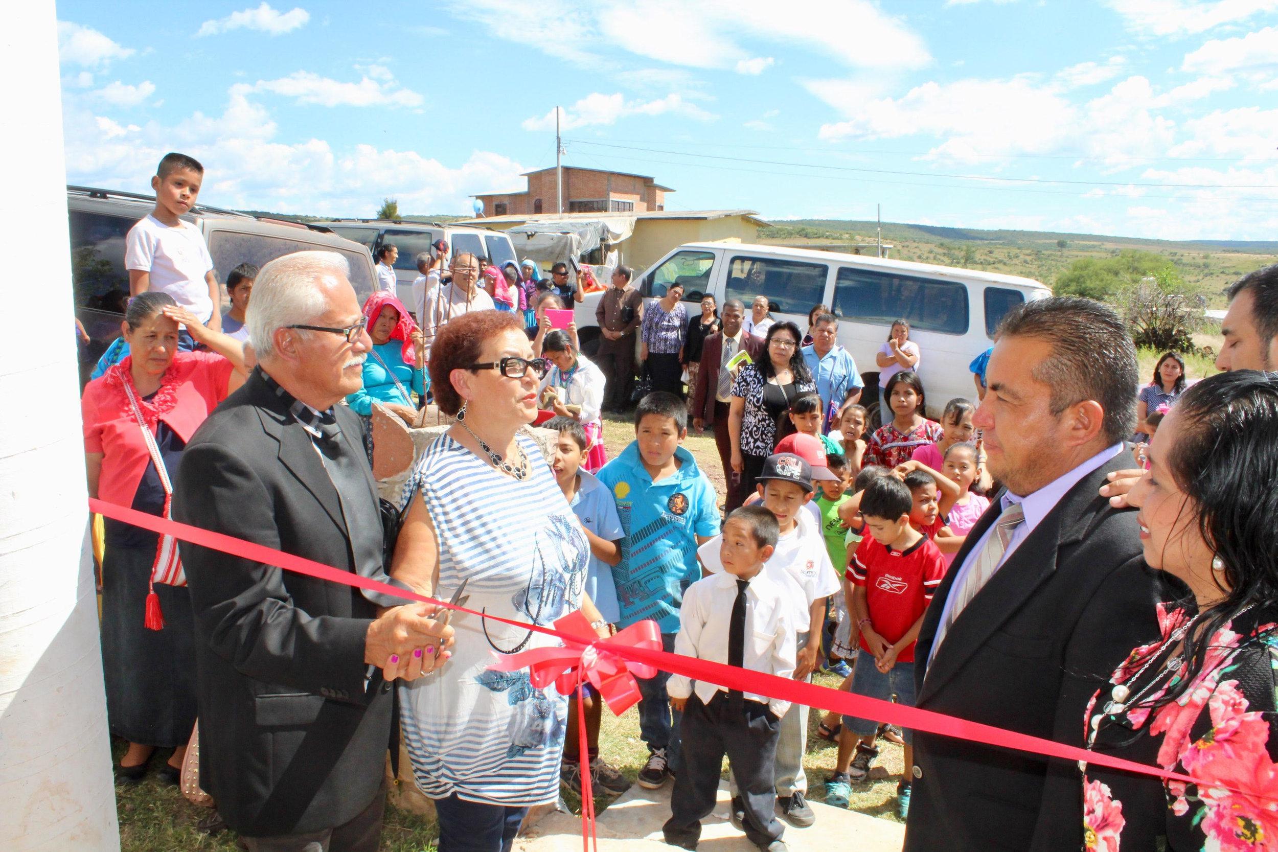 La Inauguración - Los Pastores Alfredo y Aurora Hernández cortando el cordón para la apertura de la iglesia.