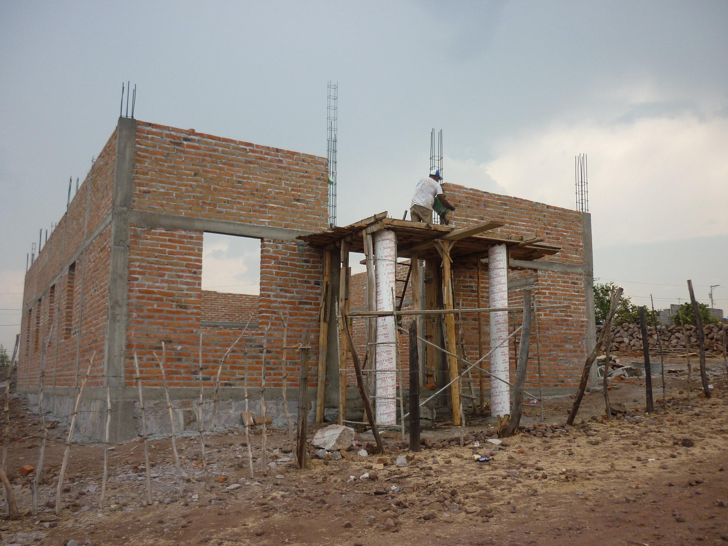 Construcción de los Muros - Podemos apreciar los muros del templo ya levantados y las columnas del frente en la entrada del templo.