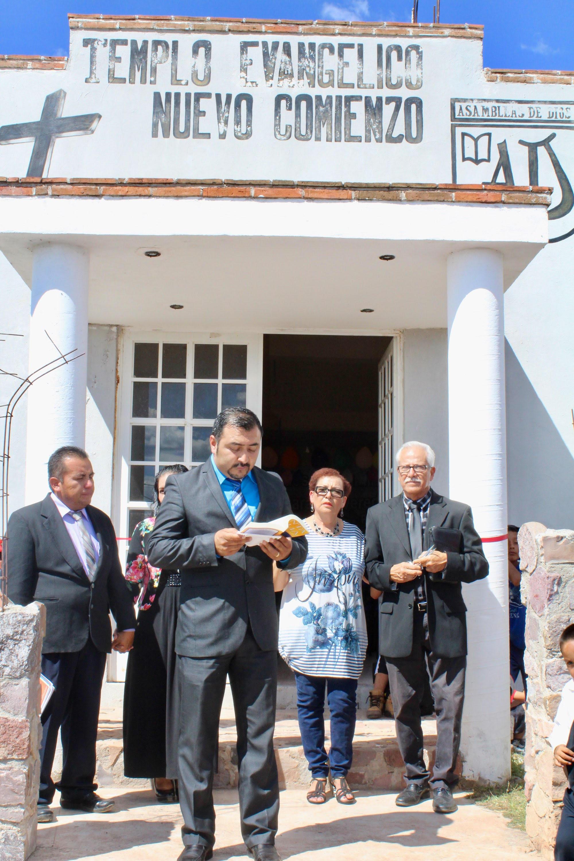 Ceremonia de Inauguración - En septiembre del 2015 se inauguró el templo. Los Pastores Alfredo y Aurora Hernández (derecha), los Pastores Flores (izquierda) y el superintendente de las Asambleas de Dios, Pastor Gustavo García en la ceremonia.