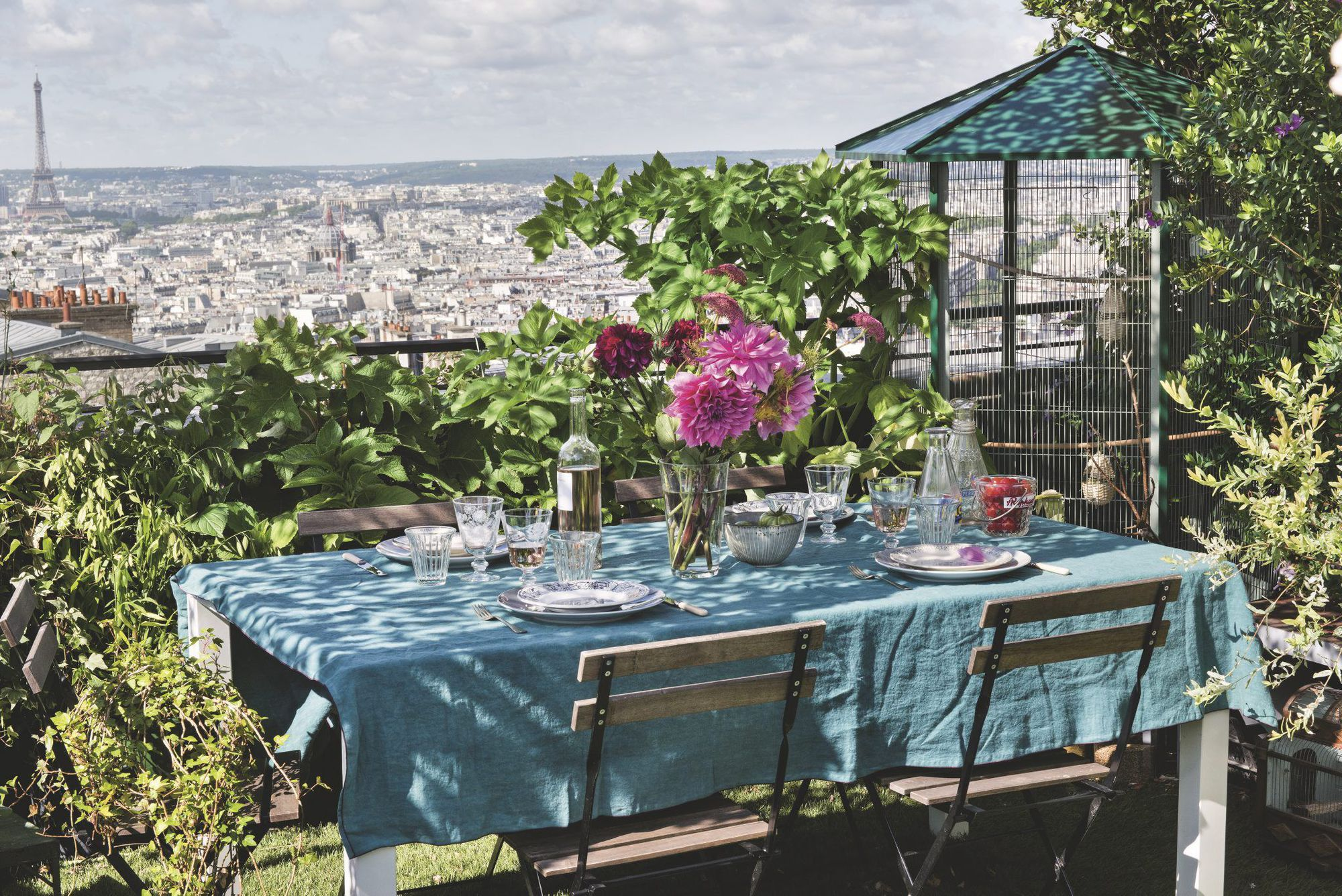 table-sur-grand-balcon-parisien-fleuri_5583887