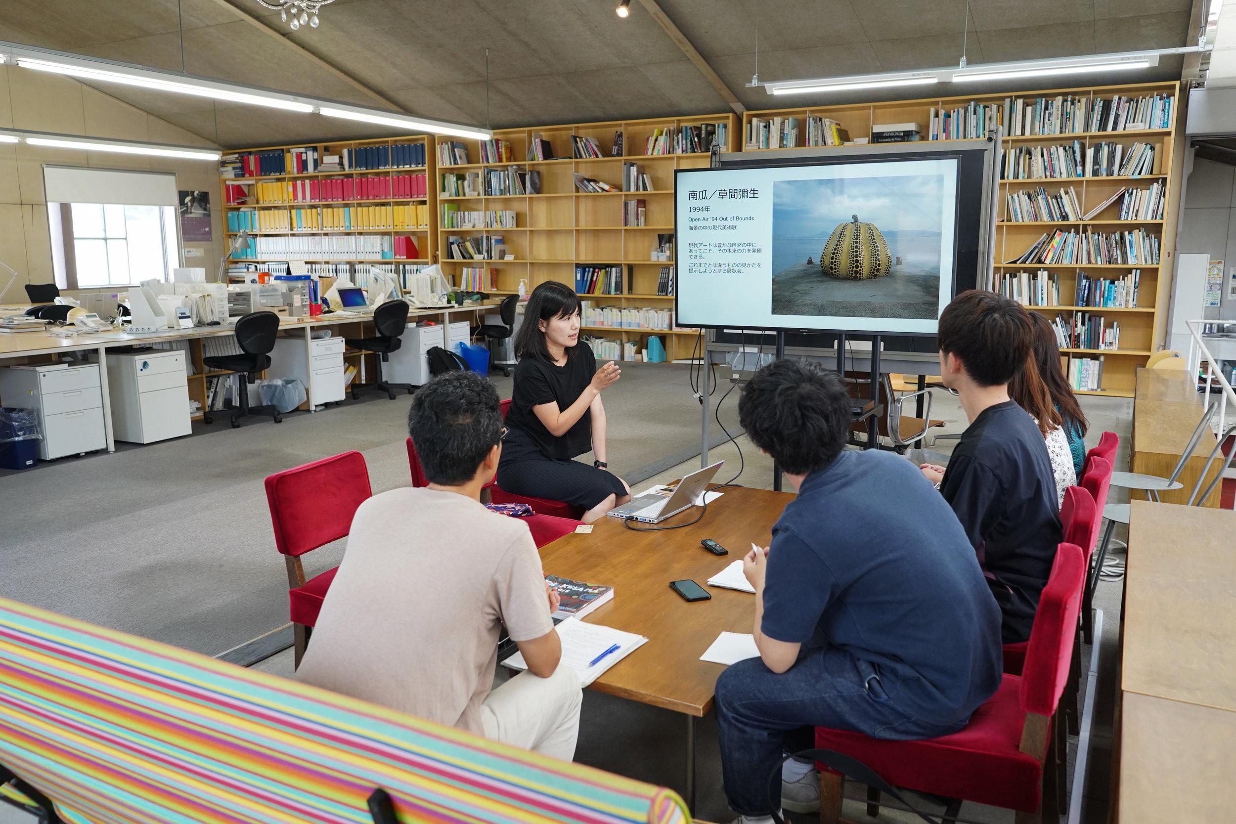 アートグループはベネッセ事務所にて、直島のアートとソーシャルメディアの関係について学びました。 The art group at the Benesse office, where they learned about the relationship between art and social media on Naoshima.