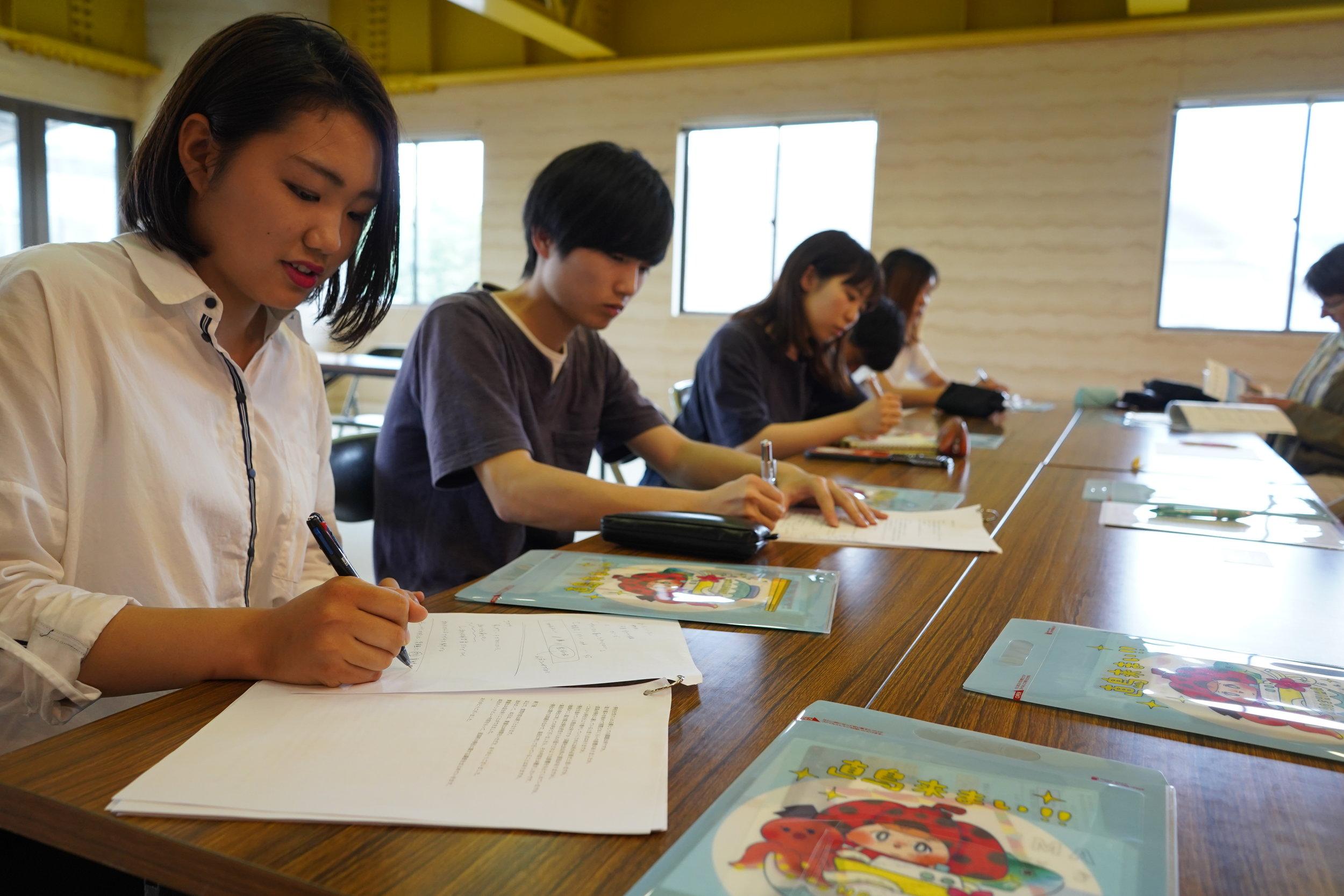 移住者グループとインフラのグループは直島町役場で調査。 The in-migrant and infrastructure groups at the Naoshima Town Office.