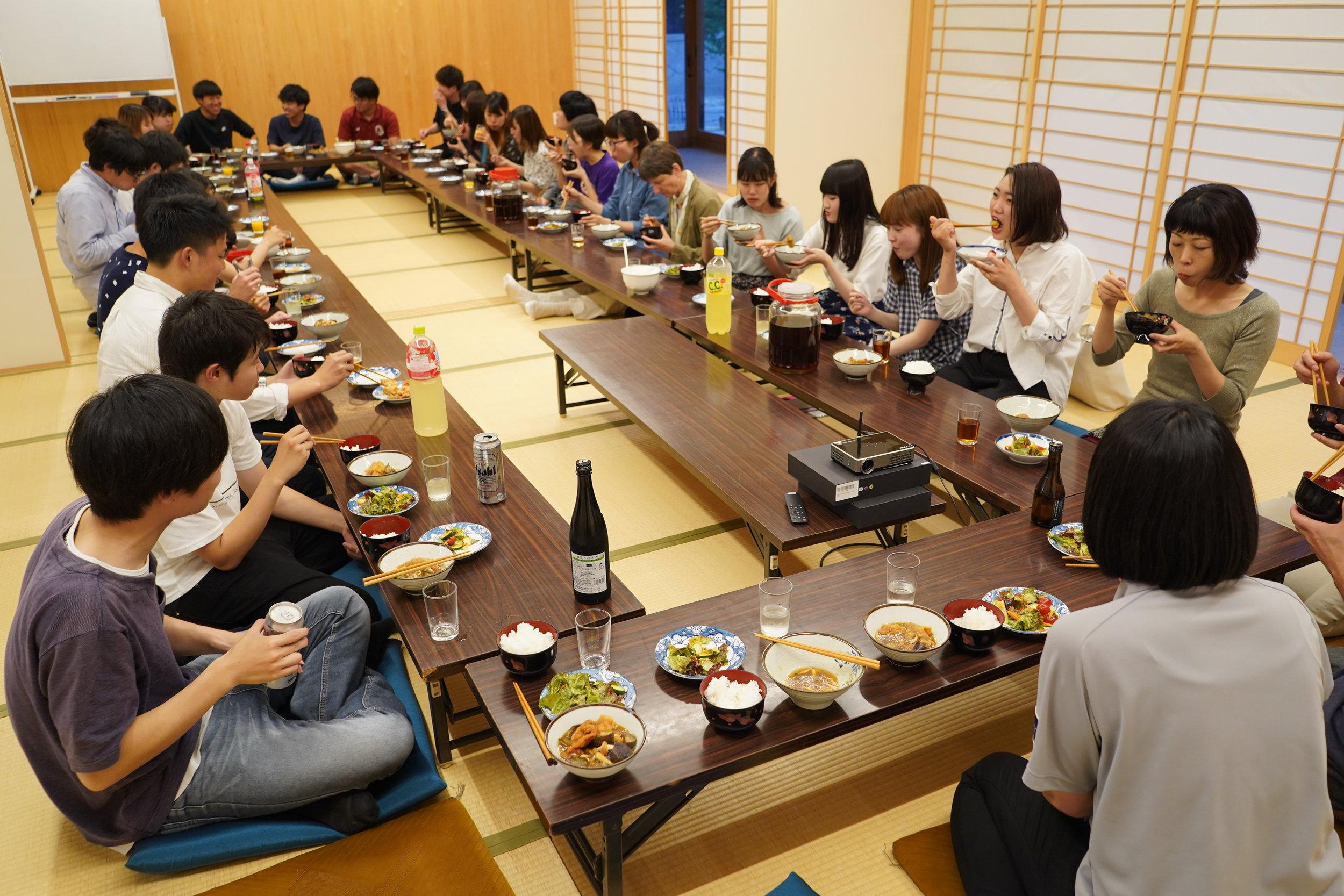 みんなで協力して夕食を作り、直島ホールで一緒に食べました。 Students prepared dinner and ate together in Naoshima Hall.