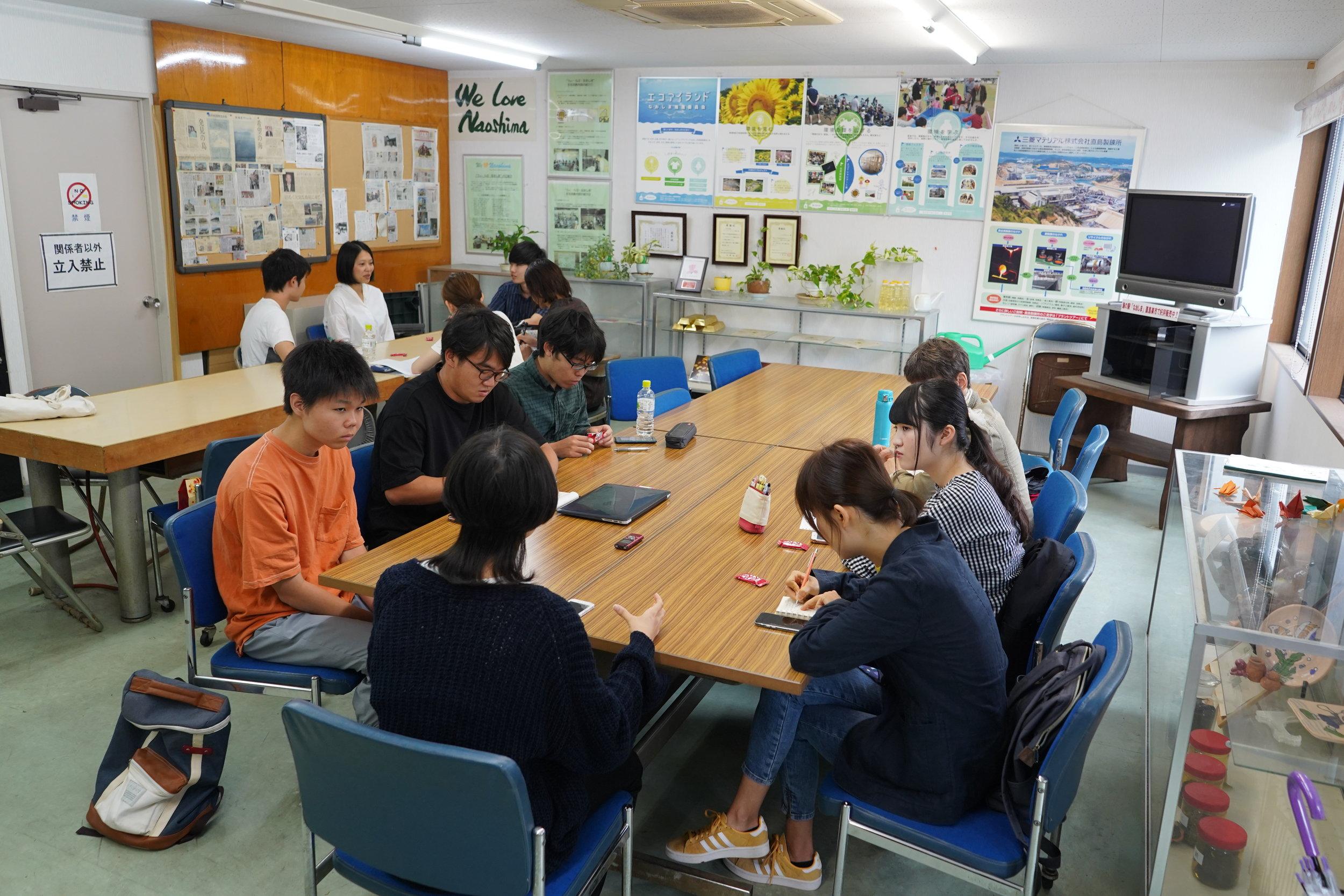 直島町役場から観光担当者と移住担当者に来てもらい、色々な経験を聞きました。 Students heard personal experiences from town staff who support tourism and in-migration on Naoshima.