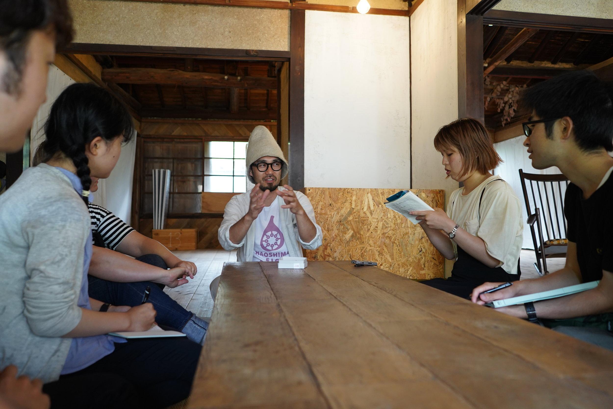 直島いちじくプロジェクトの総合プロデューサーとお話しました。 Students discussed the Naoshima Fig Project with its leader.