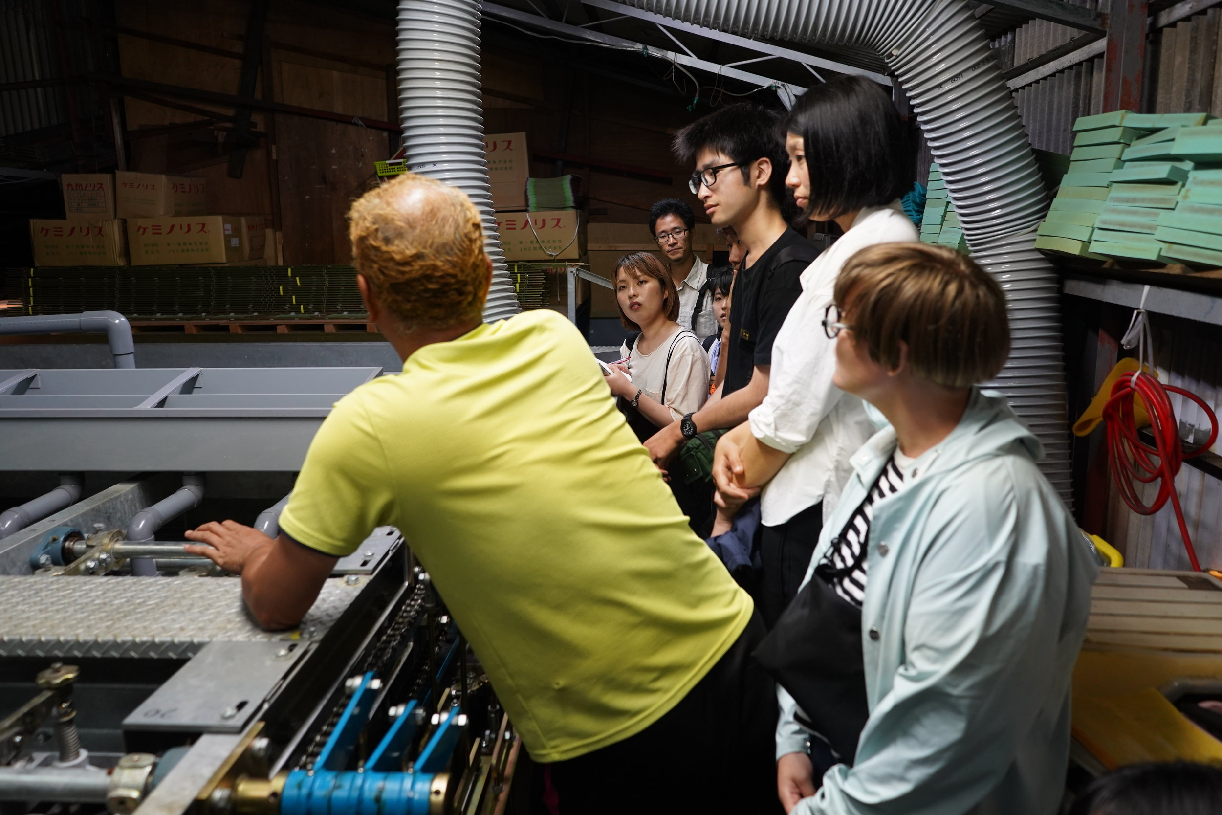 直島のり工場のオーナーによる工場内ツアー、事業についても学びました。 The owner of the Naoshima Nori factory gave a tour and discussed his business.