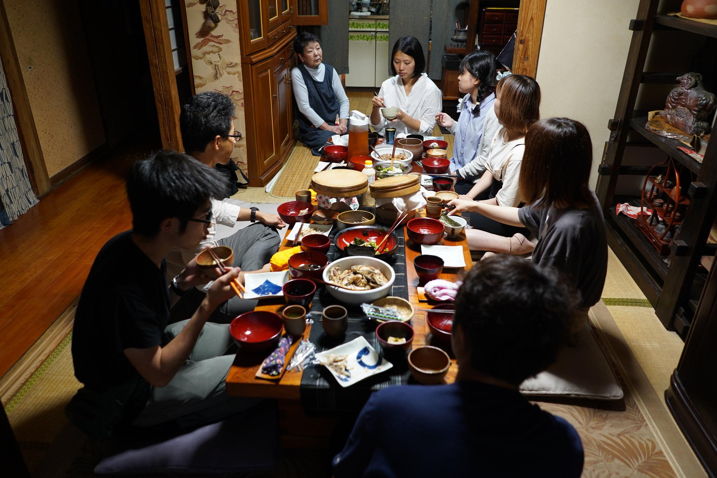 直島のおばあちゃんがとっても美味しい季節料理を作ってくれました。そして、島の歴史や文化についてもお話を聞くことができました。 A Naoshima elder served traditional island dishes and discussed local history and culture.