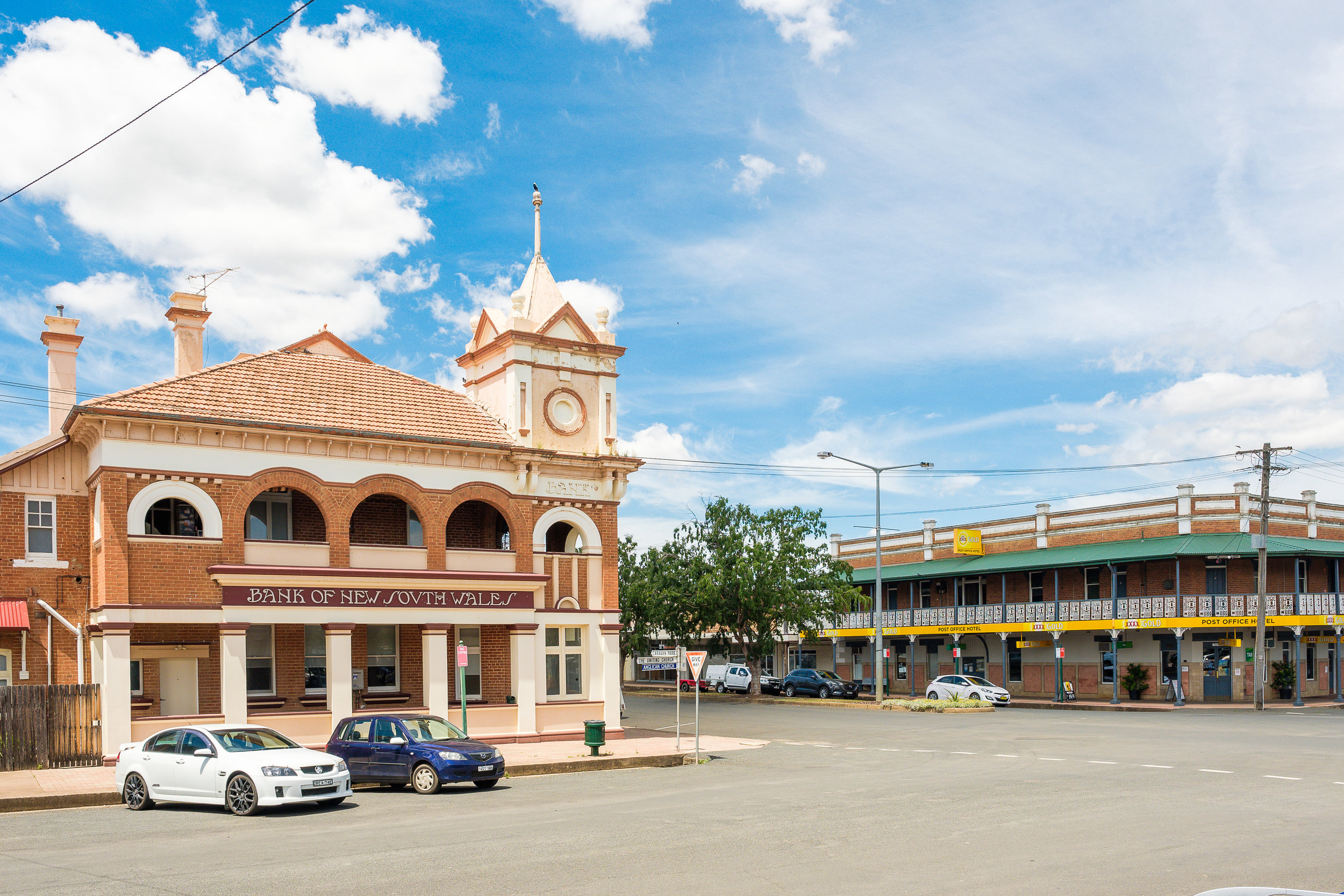 Manilla Main Street - Old Bank and Post Office Hotel.JPG