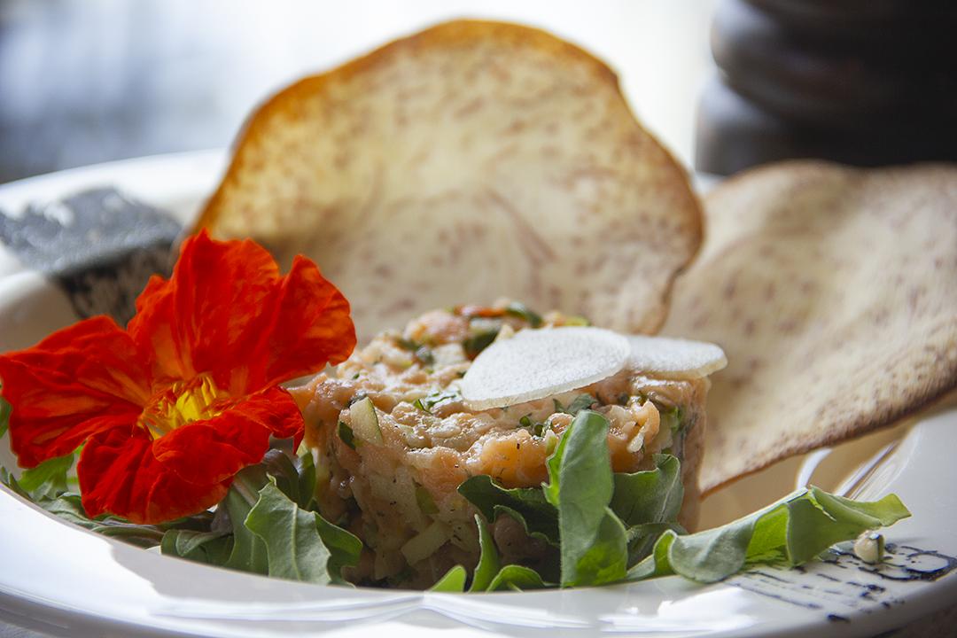 - Servi Avec Pomme et basilic - - Tartare de saumon