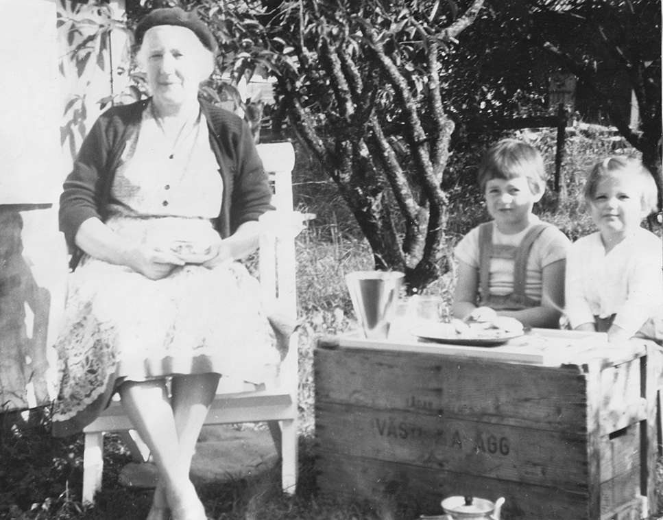 Anna Pettersson, f Johansson med barnbarnen Bibbi och Brigitte.