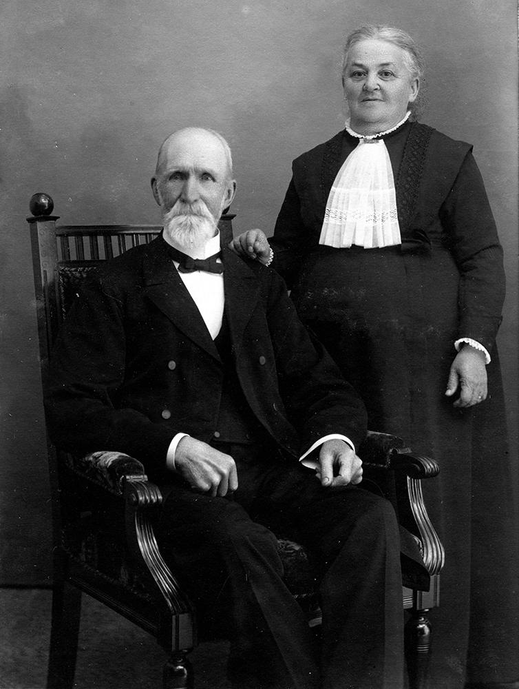 P-A Pettersson med hustrun Henrika Lindeman, dotter till Prästen Lindeman i Värsås. Skogshemmet. (Denne präst var även verksam som smed och kunde då och då glömma av sina törättningar i kyrkan)