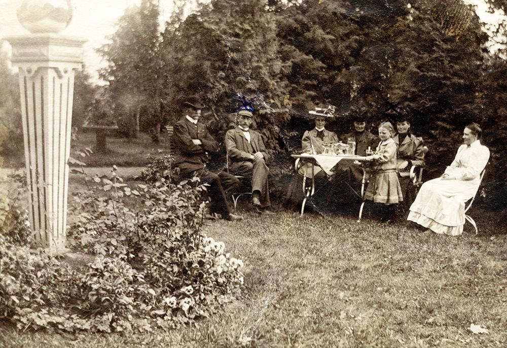 På Esbjörntorp ca 1910. Fr. v okänd, A.H.Johansson,okänd, okänd, Ellen Bärrisson, okänd, okänd.
