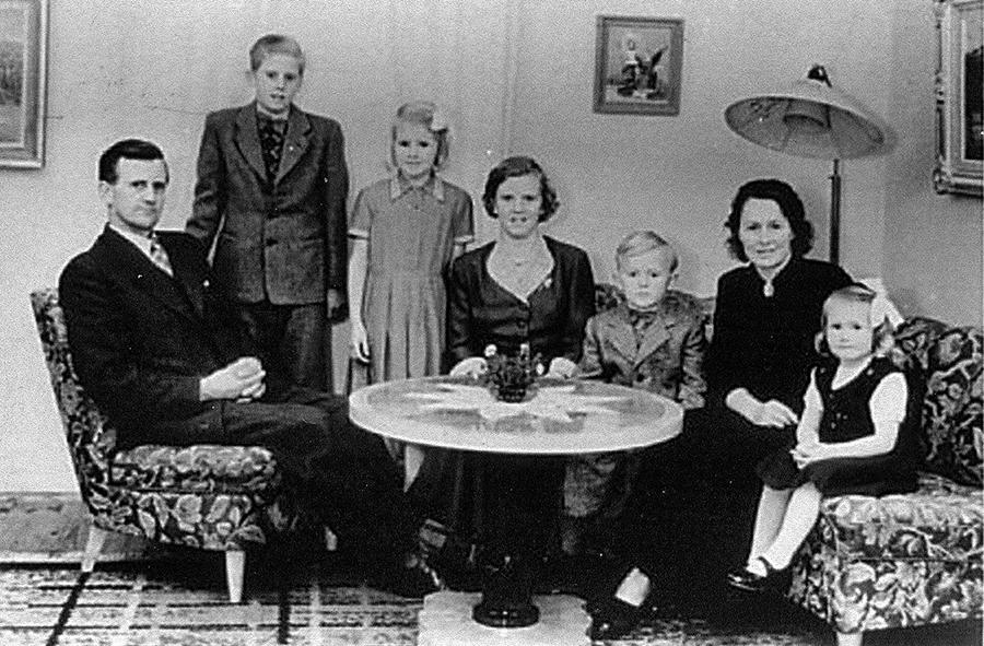 Familjen Karlsson, 1950-talet. Från vänster: Helmer, Karl-Erik, Kerstin, Birgitta, Per-Olof, Ingrid, och Ann-Charlott