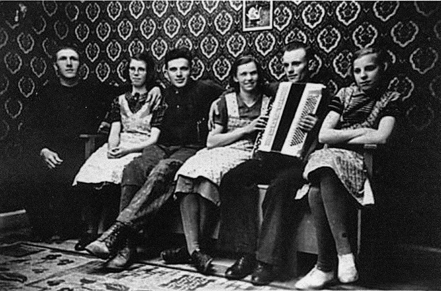 """Esbjörntorp, anställda 1938-39, från vänster Helge Johansson, Margit Ranqvist """"fosterdotter hos Hilma och Albin Karlsson"""", Gustav Emanuelsson, Inga-Lisa Skoglöf-Johansson, Gösta """"lôck"""" Karlsson och Alice Eriksson-Lundgren"""