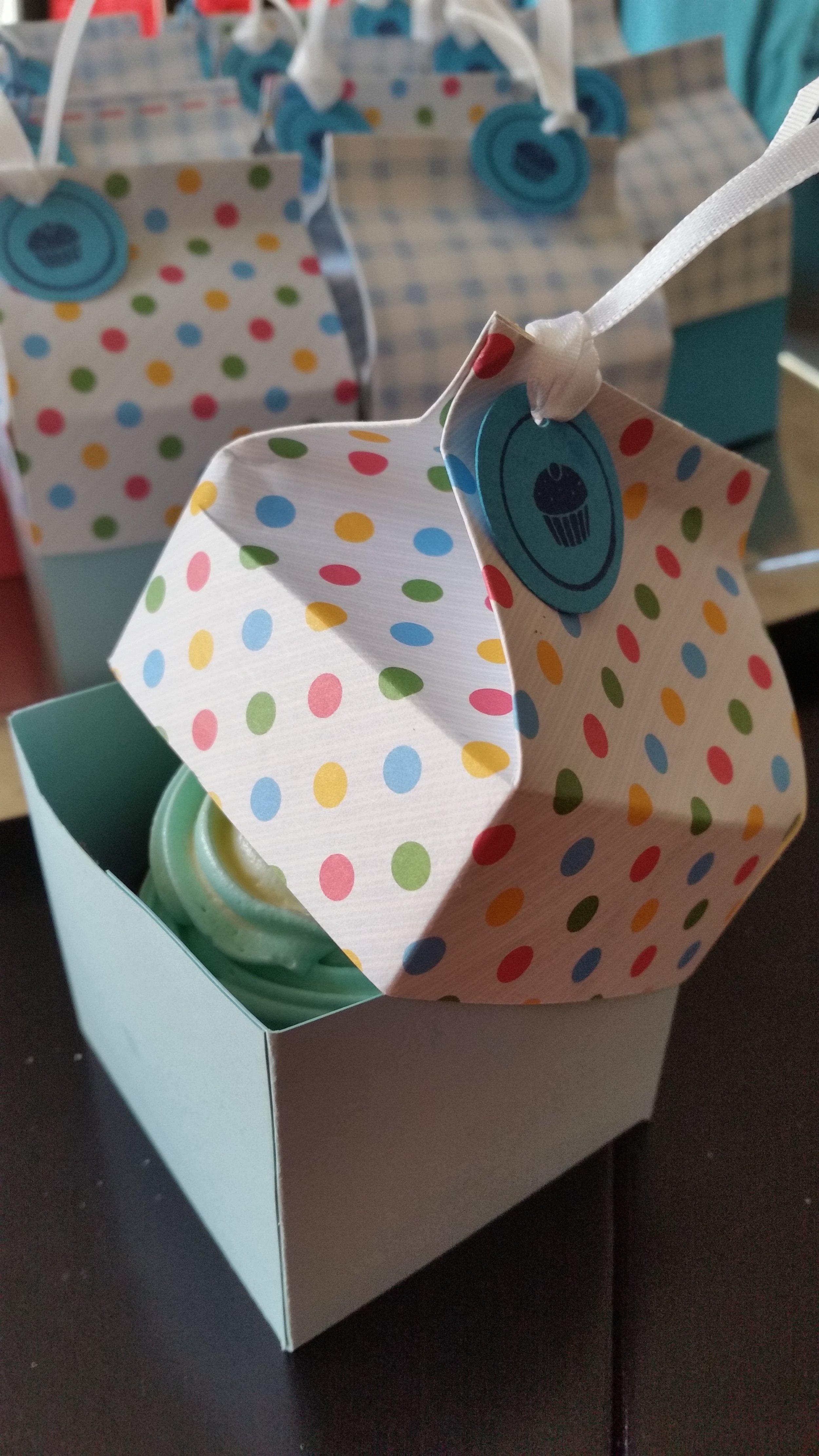 Lidded milk carton for cupcakes