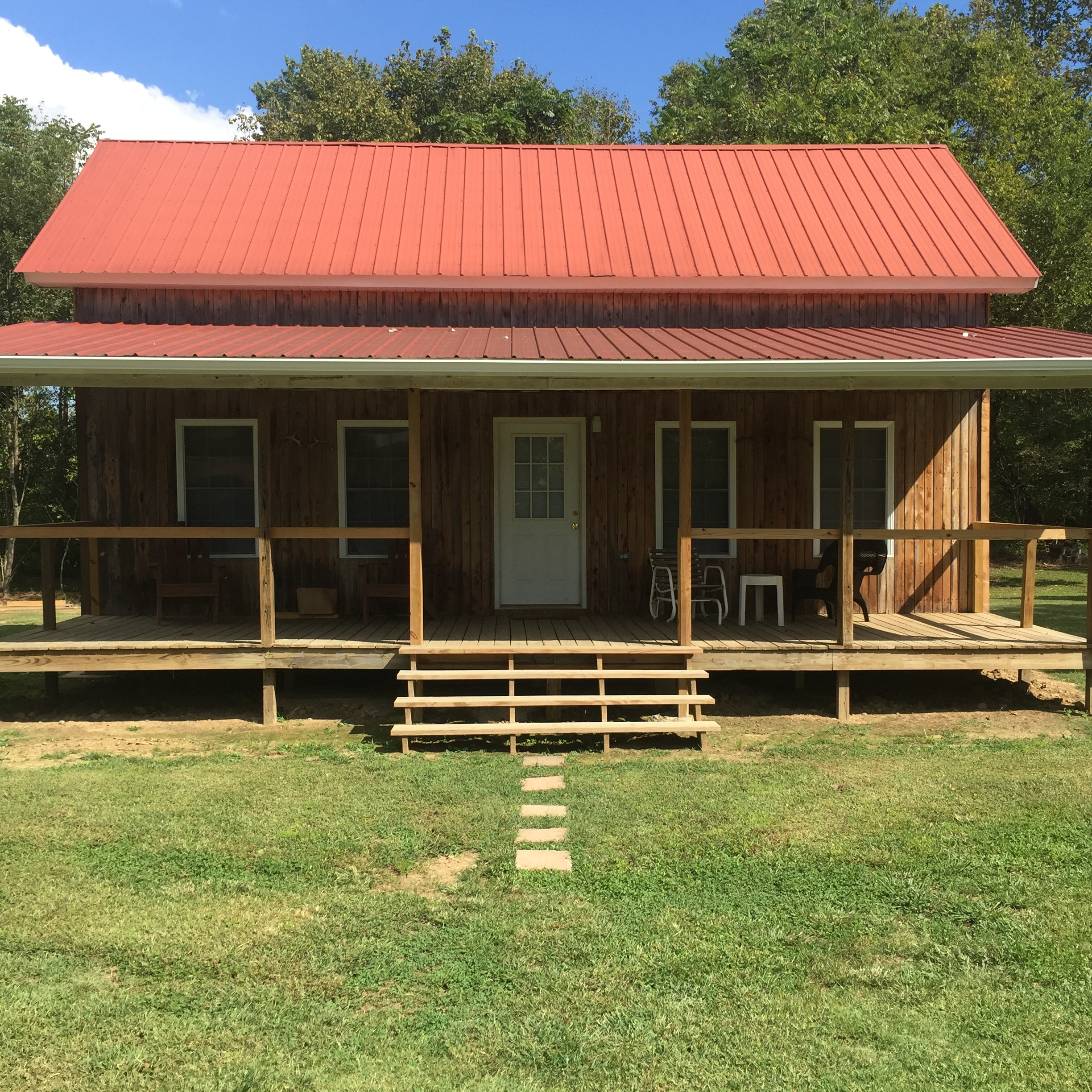 Mickey's Cabin - This newly remodeled and updated cabin has comfort and convenience. Located near a private boat ramp that serves as a common put in/take out point for float trips, Mickey's is conveniently located in a quiet and remote section of the Creelsboro community, about 8 miles below Wolf Creek Dam. With