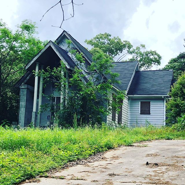 "Doing some yard work this weekend?? You should really trim ALL vegetation back from your house at least 12"". It's a bridge for insects, rodents and water!! #atlantahomeinspector #atlantahomeinspections #keyroad #waterintrusion"