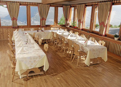Le Banquet - Dès 12 personnes, notre salle banquet très lumineuse vous est privatisée. Idéal pour des soupers d'entreprise, pour un mariage, pour un anniversaire ou pour tout autre évènement.Possibilité aussi de réservation pour une séance d'entreprise, une réunion associative, etc.