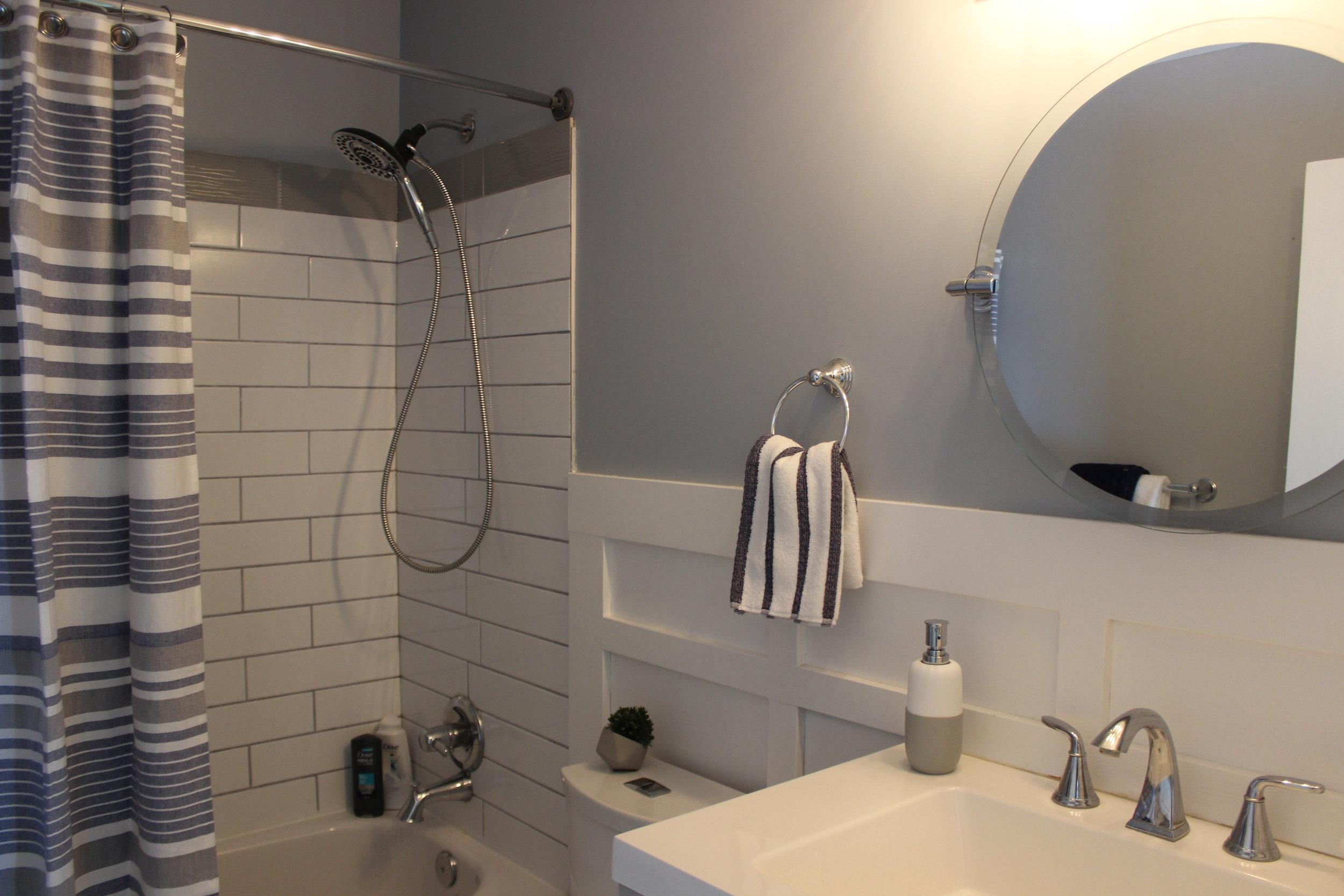 modern beachy bathroom staging