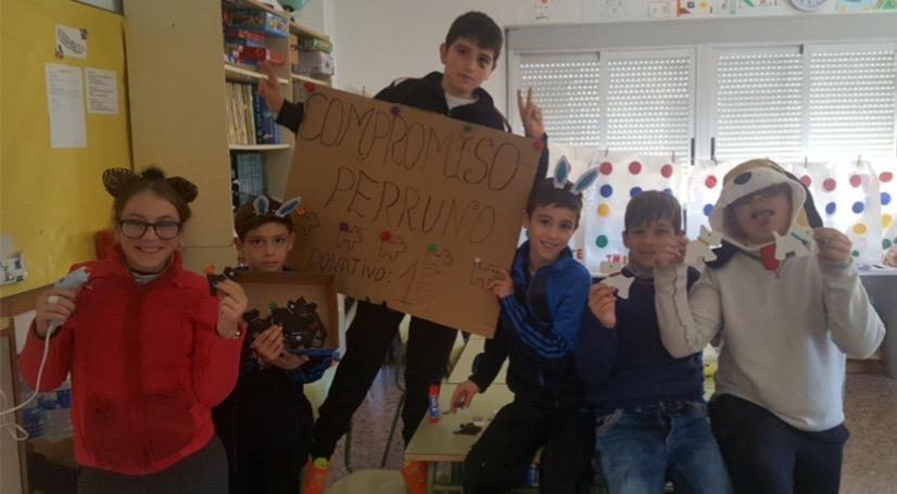 Colegio CRA de Benicolet organizando un mercadillo solidario.