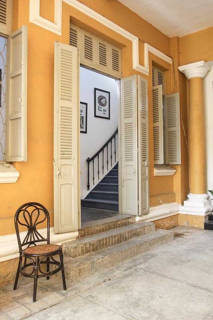 Lối vào văn phòng mang nét cổ kính đặc trưng của kiến trúc Pháp