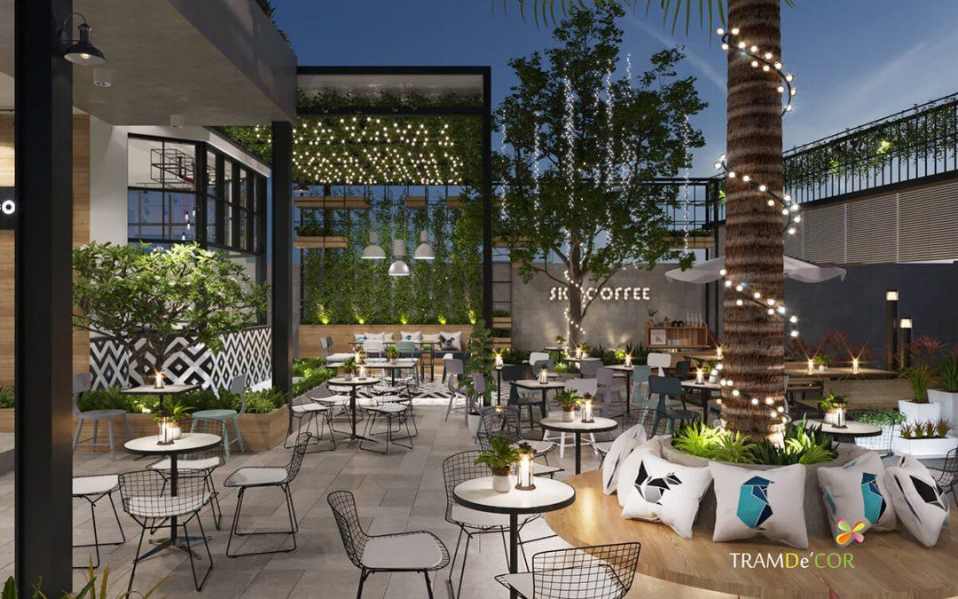 Thiết kế nhiều cây xanh mang lại cảm giác thanh bình cho khách hàng, đồng thời sử dụng các mẫu nội thất được thiết kế mềm mại, nhẹ nhàng tạo nên điểm nhấn ấn tượng cho quán café này.