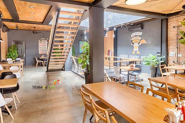 công ty thi công - Tramdecor là công ty chuyên tư vấn thiết kế thi công nội thất, chúng tôi đã và đang thực hiện nhiều dự án thiết kế nội thất quán cà phê, cửa hàng, nhà hàng với nhiều phong cách khác nhau từ đơn giản, hiện đại cho đến phong cách thiết kế vintage, phong cách thiết kế công nghiệp, industrial, thiết kế quán cafe 2 mặt tiền, 3 mặt tiền, thiết kế quán cà phê sân vườn, cà phê máy lạnh hoặc kết hợp nhiều loại hình. Đội ngũ thiết kế sáng tạo, giàu kinh nghiệm, tư vấn nhiệt tình, báo giá thiết kế nhanh chóng, chi phí thiết kế quán cà phê phù hợp.