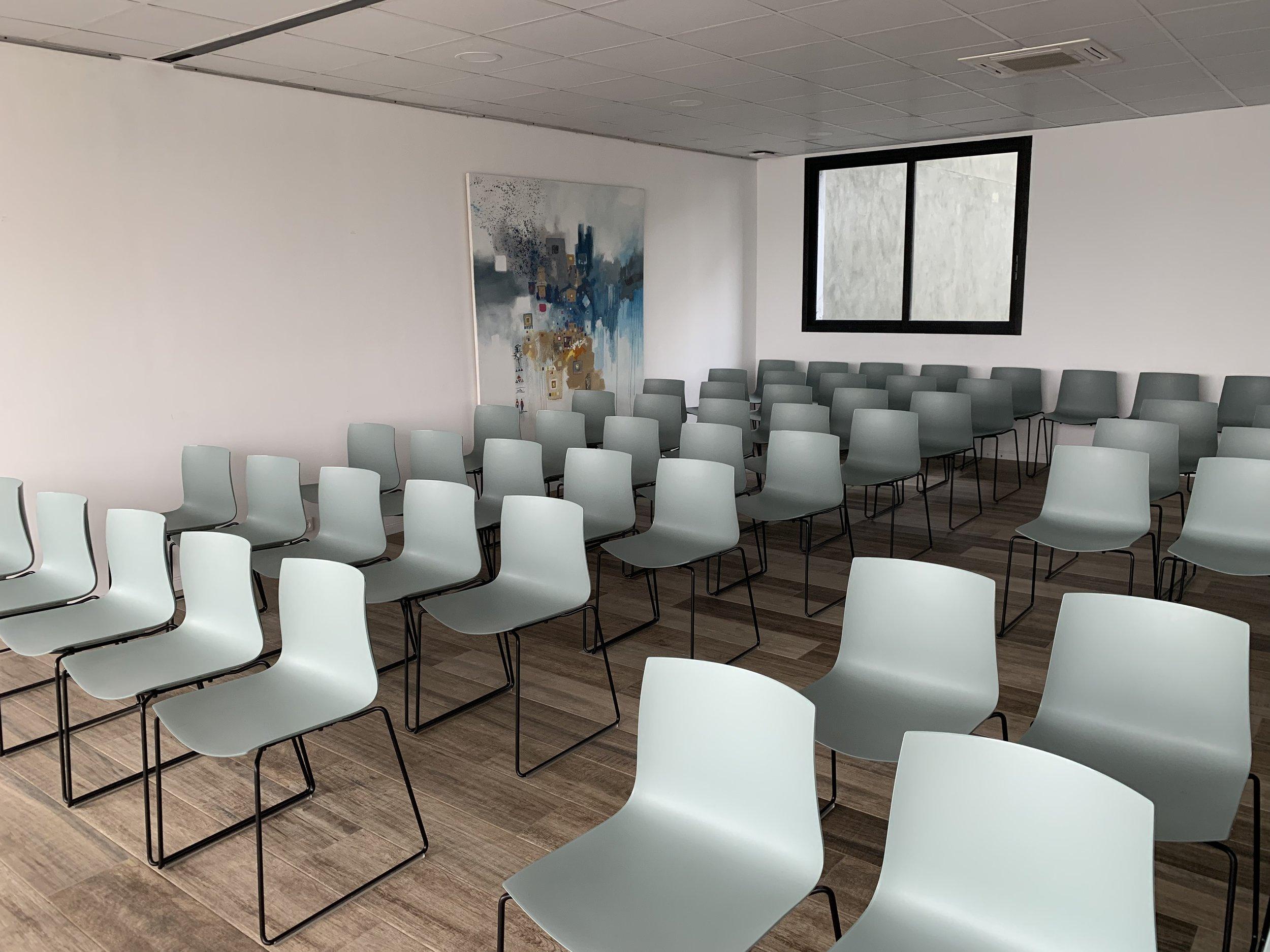 UN ESPACE ÉVÈNEMENTIEL IDÉAL - Que vous prévoyiez une conférence, une présentation ou encore une réunion de conseil d'administration. Que vous organisiez un atelier de formation professionnelle, une journée de séminaire ou encore une soirée networking, le choix du lieu est la clé de la réussite de votre événement. Pour tous vos événements d'entreprise de 10 à 150 personnes, notre équipe est à vos côtés, à chaque instant pour vous garantir une expérience mémorable.