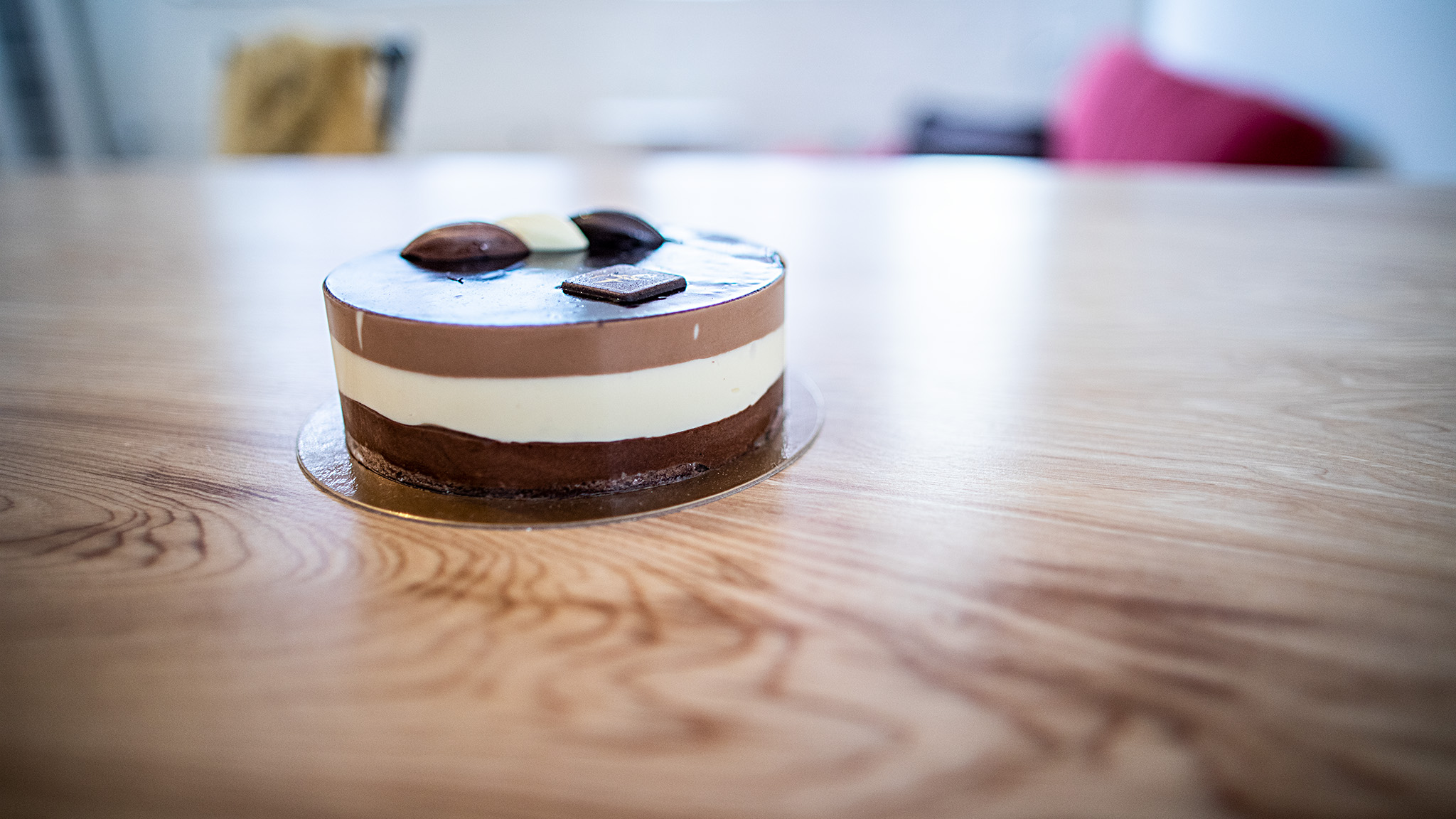 The day I had the idea about the cake collar, I went to buy this cake. It went pretty well (and I ate it all!)