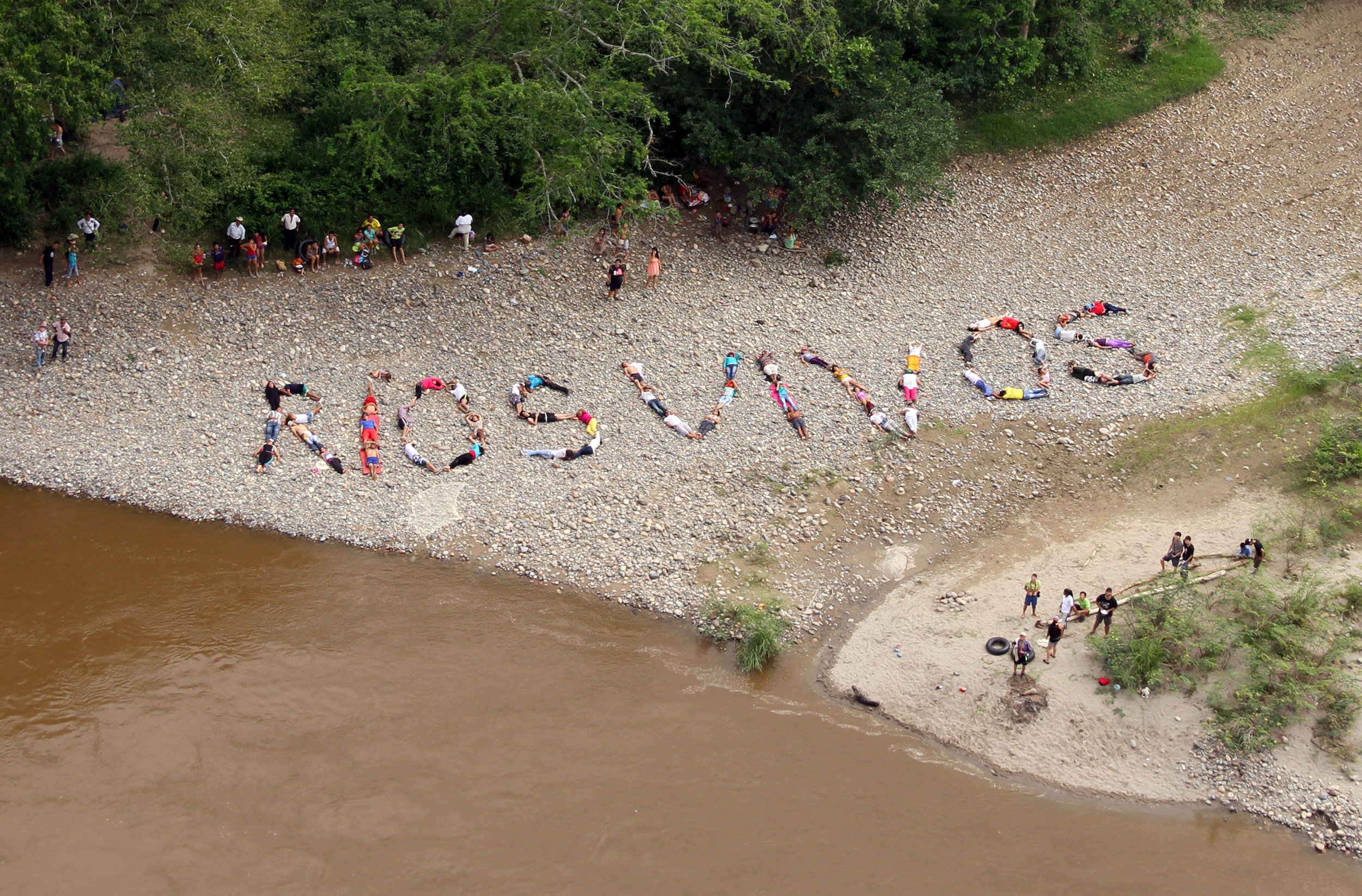 Rios Vivos, 2014. Collective Action in La Jagua, Magdalena River Colombia. Courtesy of Jaguos por el Territorio, used with permission of the artist.