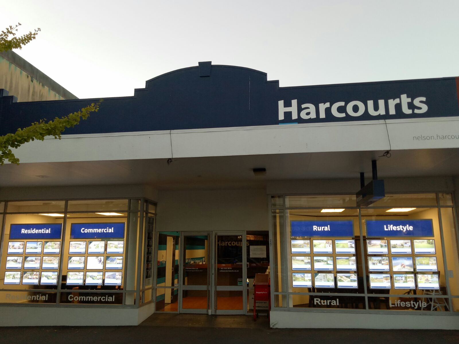 The Harcourts Nelson shopfront following the installation of the VitrineMedia screens.