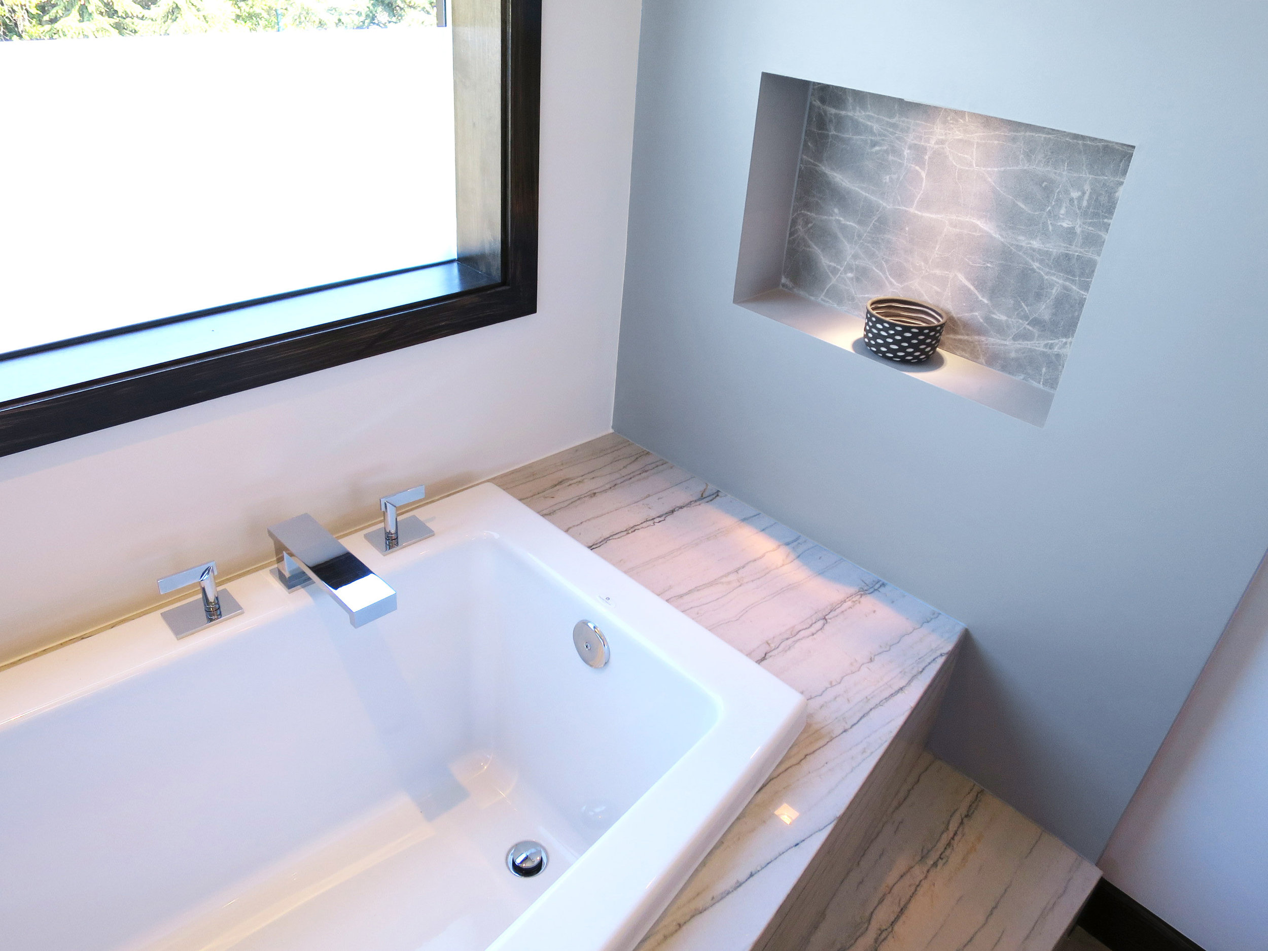 Luxurious Master Bathroom Tub