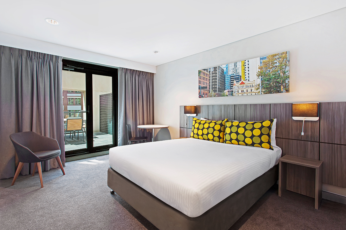 travelodge-hotel-sydney-guest-room-with-balcony-bedroom-king-01-2017.jpg