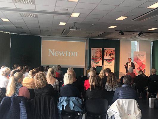 Newton - Anders Carlson från Newton berättade om yrkeshögskolan som utbildningsform och vad som skiljer den åt från till exempel universitet och högskola. Anders berättade också om studenters möjlighet till särskilt stöd under yh-utbildningen och vilka vägar som en student kan få för att komma in på en Yh-utbildning.