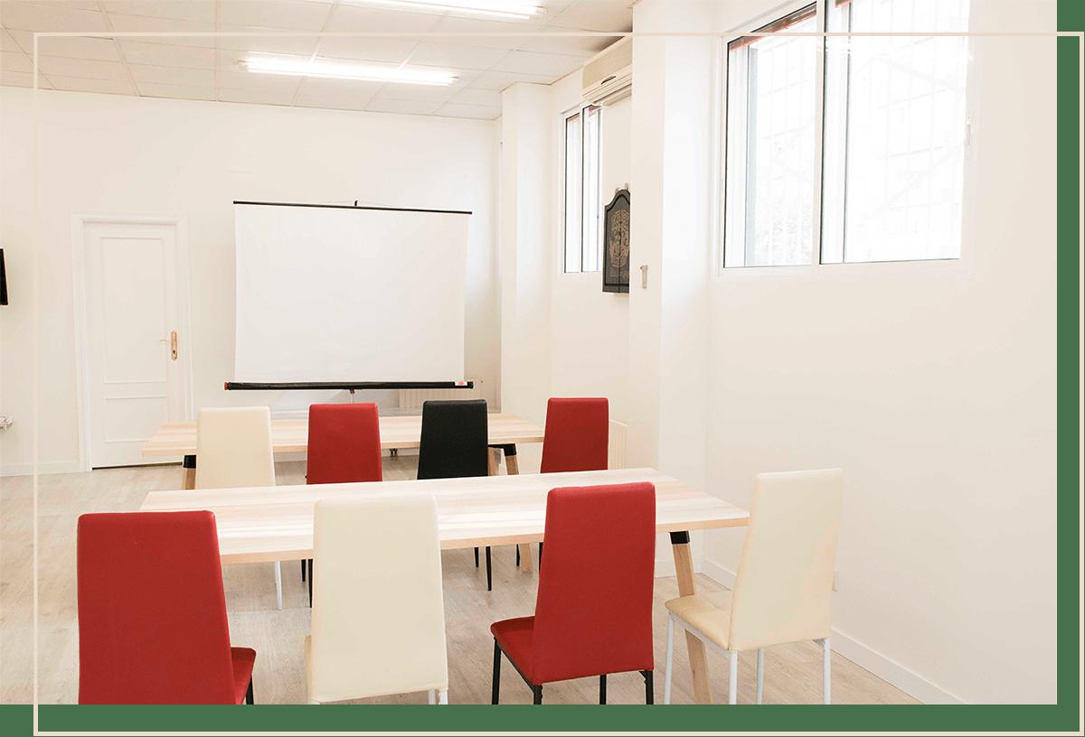 EVENTOS - ¿Eres profesional y/o empresa y necesitas una sala amplia?Espacio Bulevar es el lugar idóneo para desarrollar reuniones, cursos de formación, presentación de productos, seminarios o cualquier otro tipo de evento que precises. Al alquilarla además de los beneficios anteriores te aseguras:Imagen profesional: Espacio Bulevar tiene 3 instalaciones separadas. El parque de bolas y el office no son visibles si tu no lo deseas. Tendrás un espacio elegante y profesional.Polivalencia: La sala es totalmente adaptable a tu evento. Puedes usar la estancia principal para impartir un curso, mantener una reunión, etc. y ofrecer un desayuno, pausa o snack en el office. Dinos tu idea y te ayudamos.
